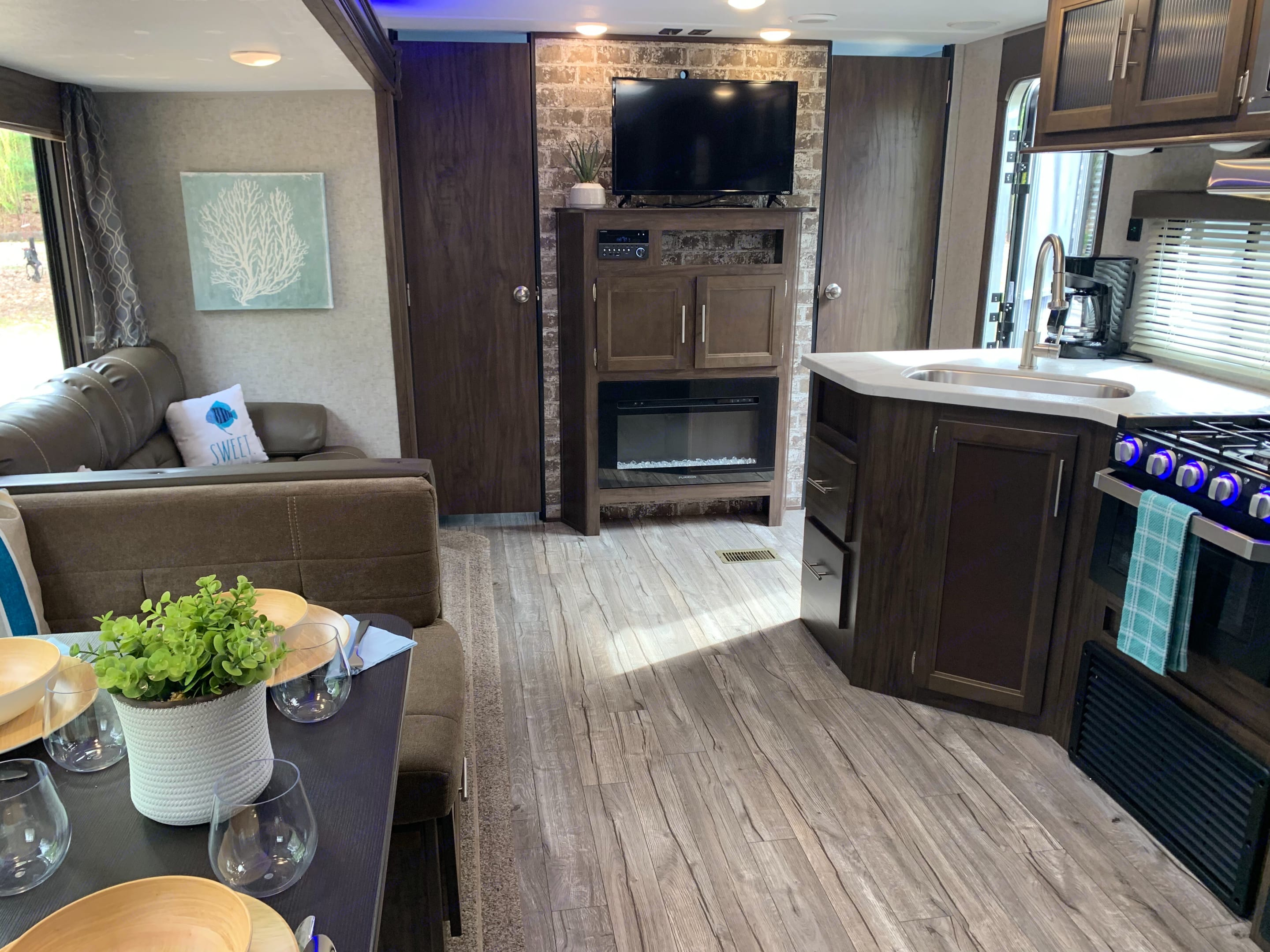 Great Entertainment Space. Forest River Cherokee 2019