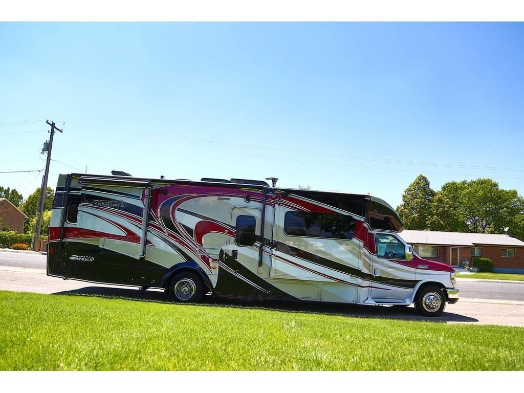 Huge awning. Rear storage access.  Two storage compartments underneath. . Itasca Cambria 2014