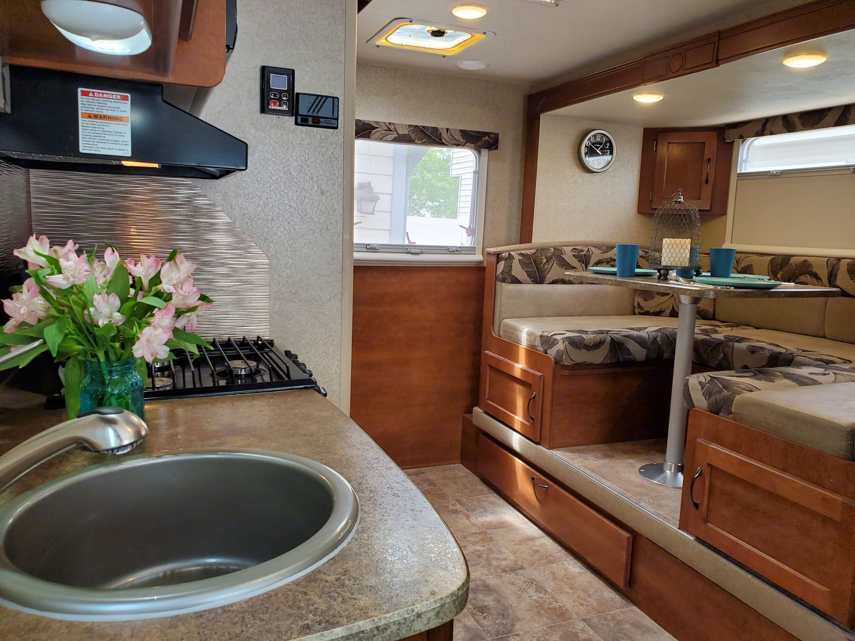 Cute dinette & kitchen - lots of light with windows that open fully so you can enjoy the beautiful area you are staying! . Lance 1575 2016