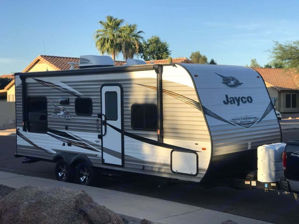 4400 lbs, 21 ft. length, dual axle, electric brakes, 7 pin connector, 2 5/16 in hitch ball.. Jayco Jay Flight 2019