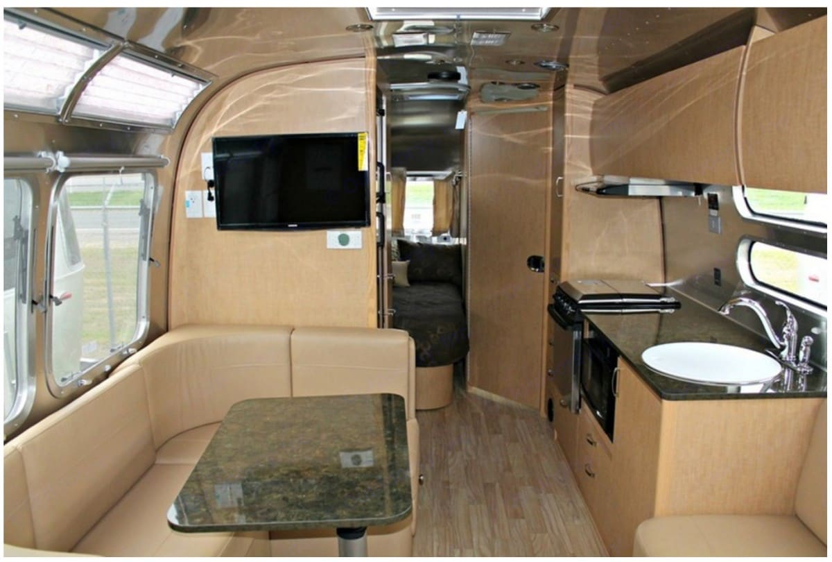 Dining area converts to a full size bed. Airstream Flying Cloud 2016