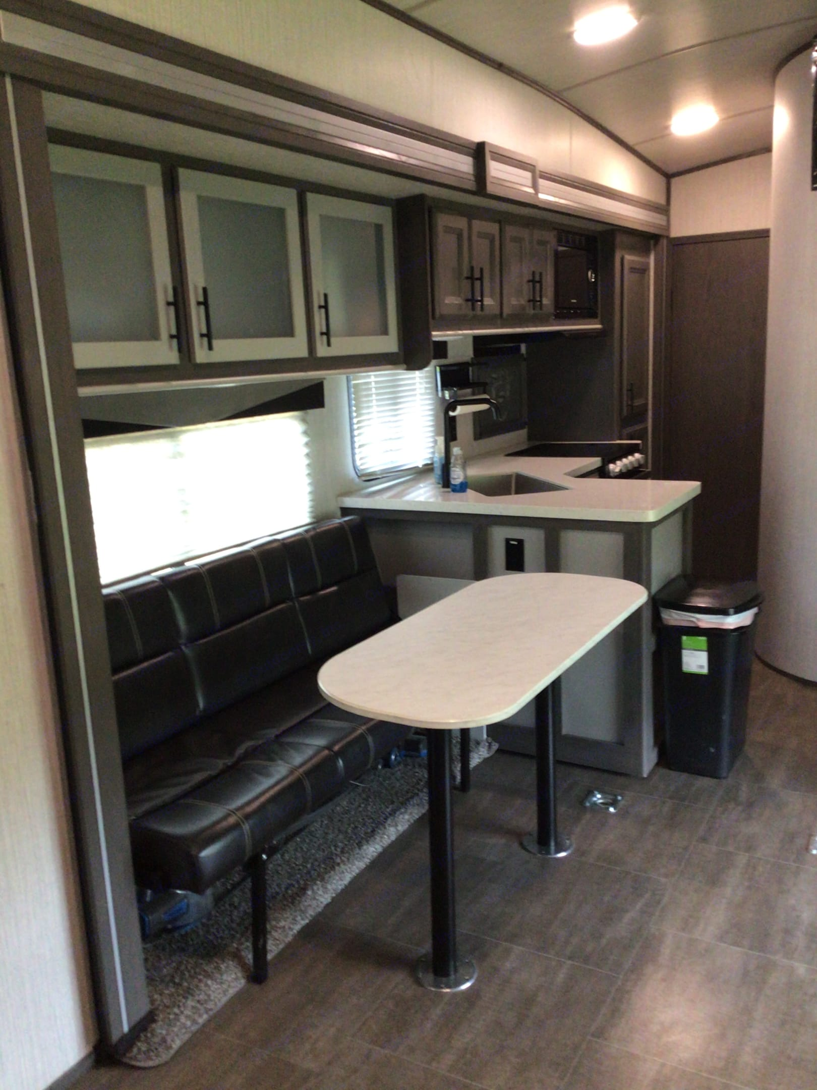 Dinette coverts to twin bed. Stryker STF2916 2020