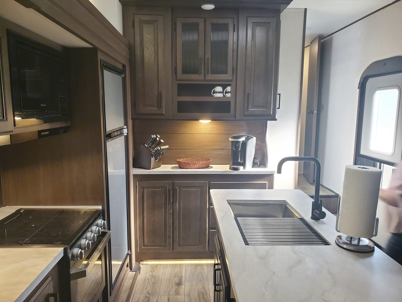 Island sink, hutch/pantry, includes calpalon knife set and keurig . Prime Time Crusader 2021