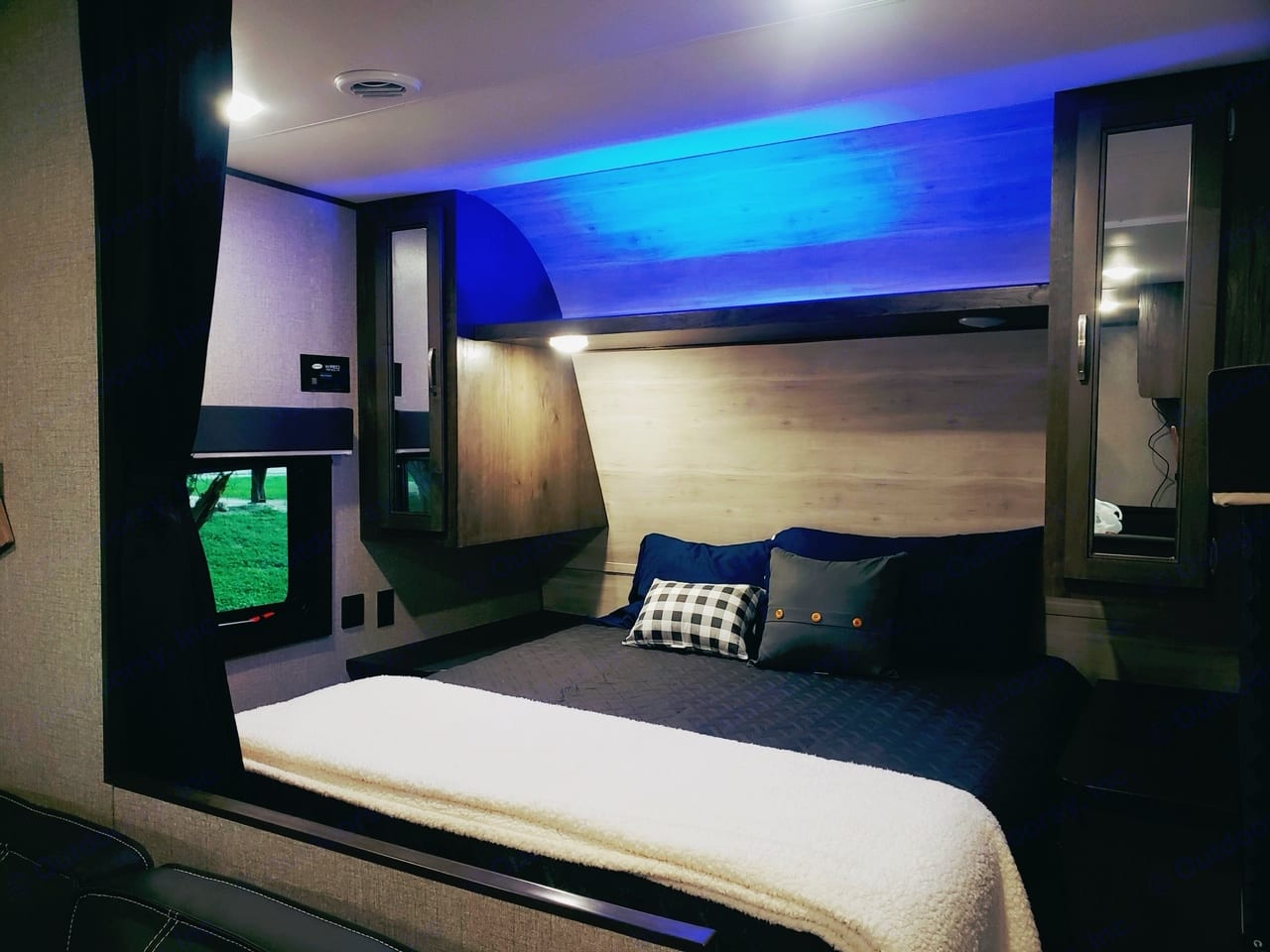 Great room for a couple, parents, etc. You can even turn on the blue lighting for added effect lol . Jayco Flight 264BH 2021