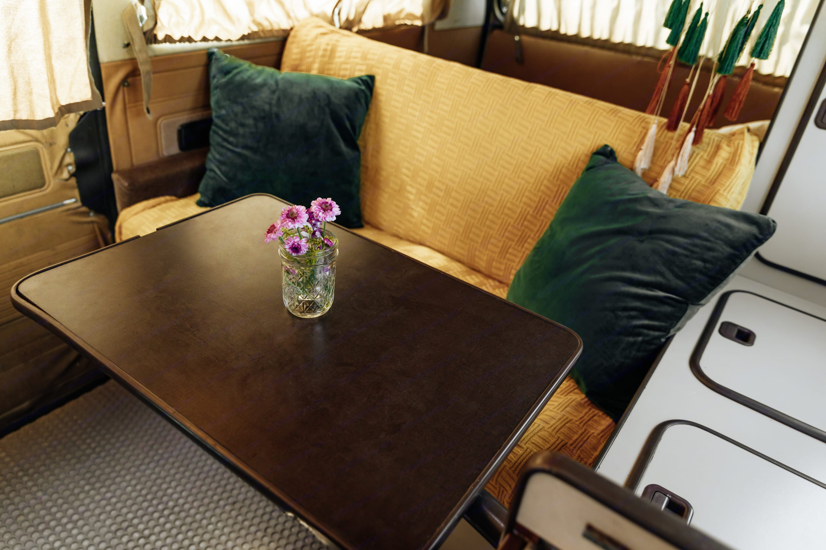 pull out table. Volkswagen Westfalia 1986