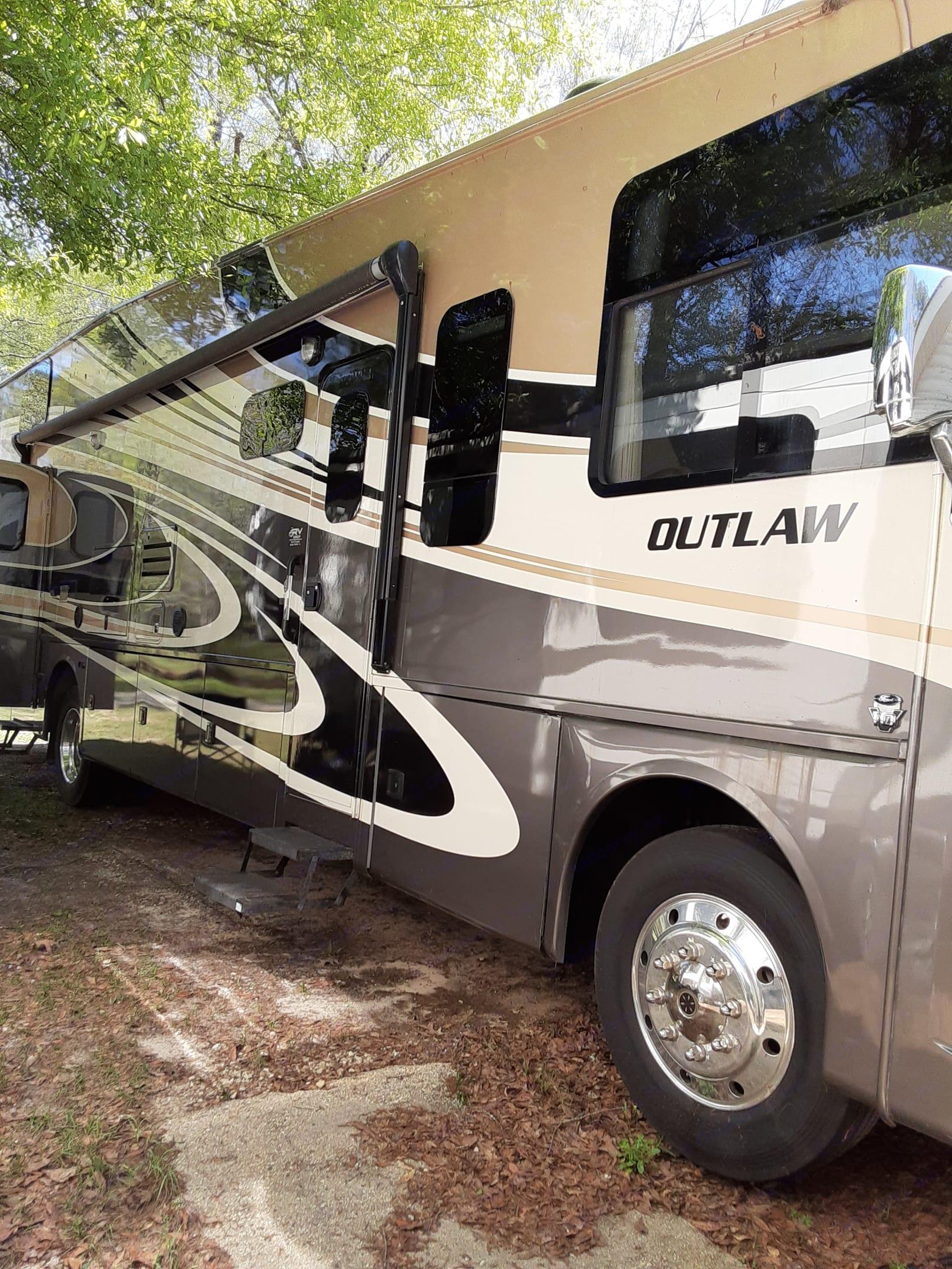 Thor Motor Coach Outlaw 2015