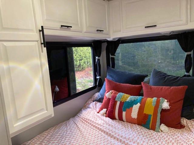 Queen bed, plenty of storage, watch the stars as you drift off to sleep. . Winnebago Minnie Winnie 1999