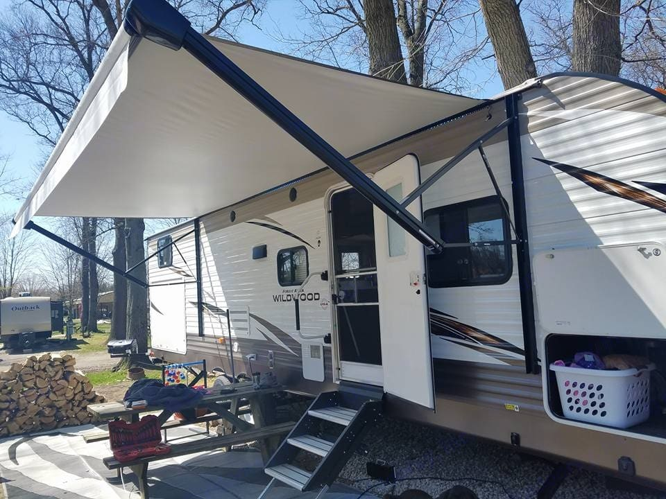 Huge remote operated awning with adjustable LED strip and outdoor speakers that you can connect to your phone via Bluetooth.. Forest River Wildwood 30KQBSS 2018