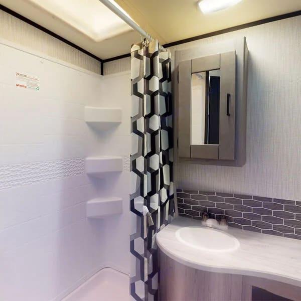 Walk In Shower . Heartland M27 2021