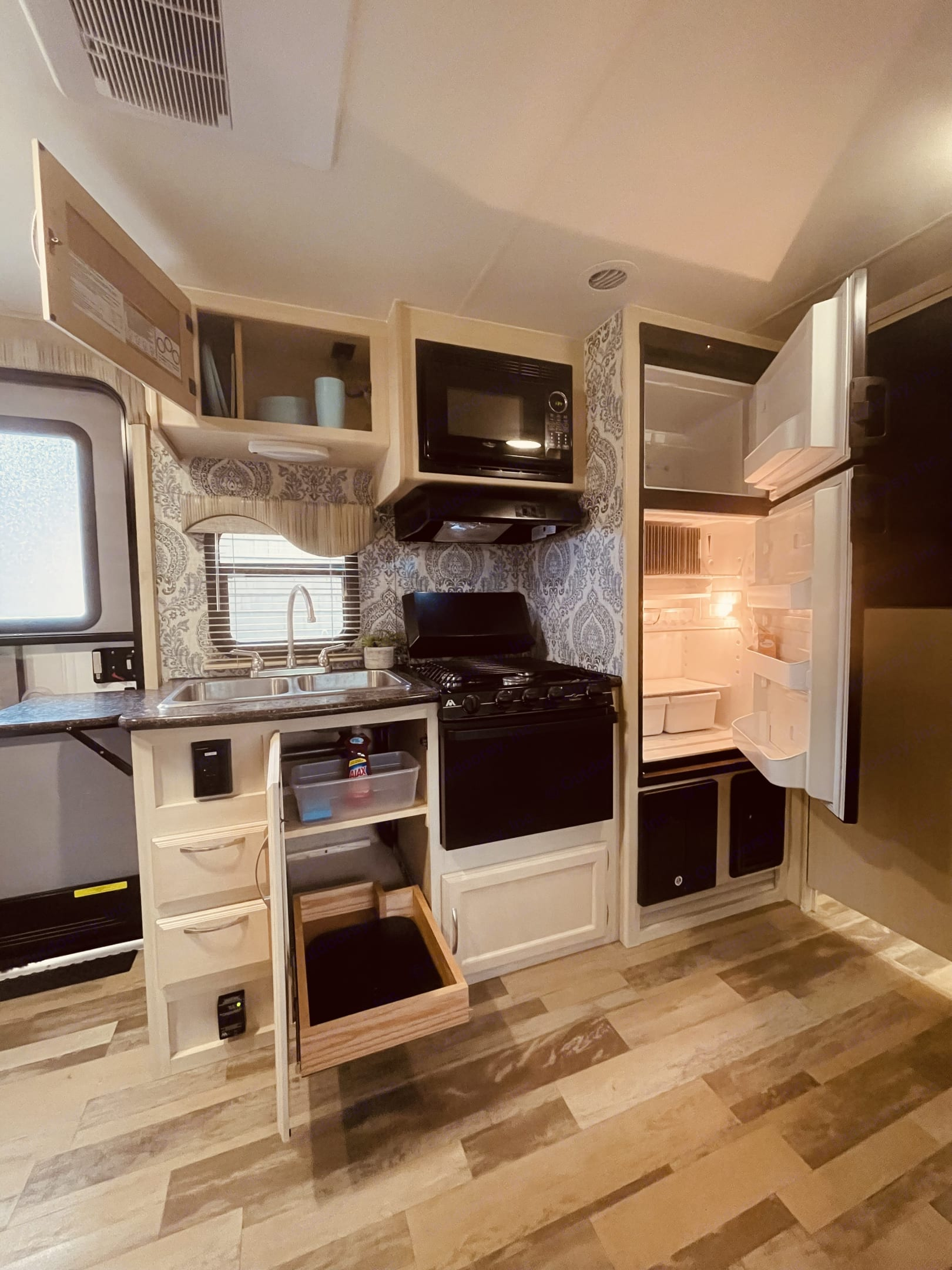 Counter top has a lift up section when you need extra counter space.  Perfect for prep work or put your drying mat there to dry dishes.. Winnebago Micro Minnie 2017
