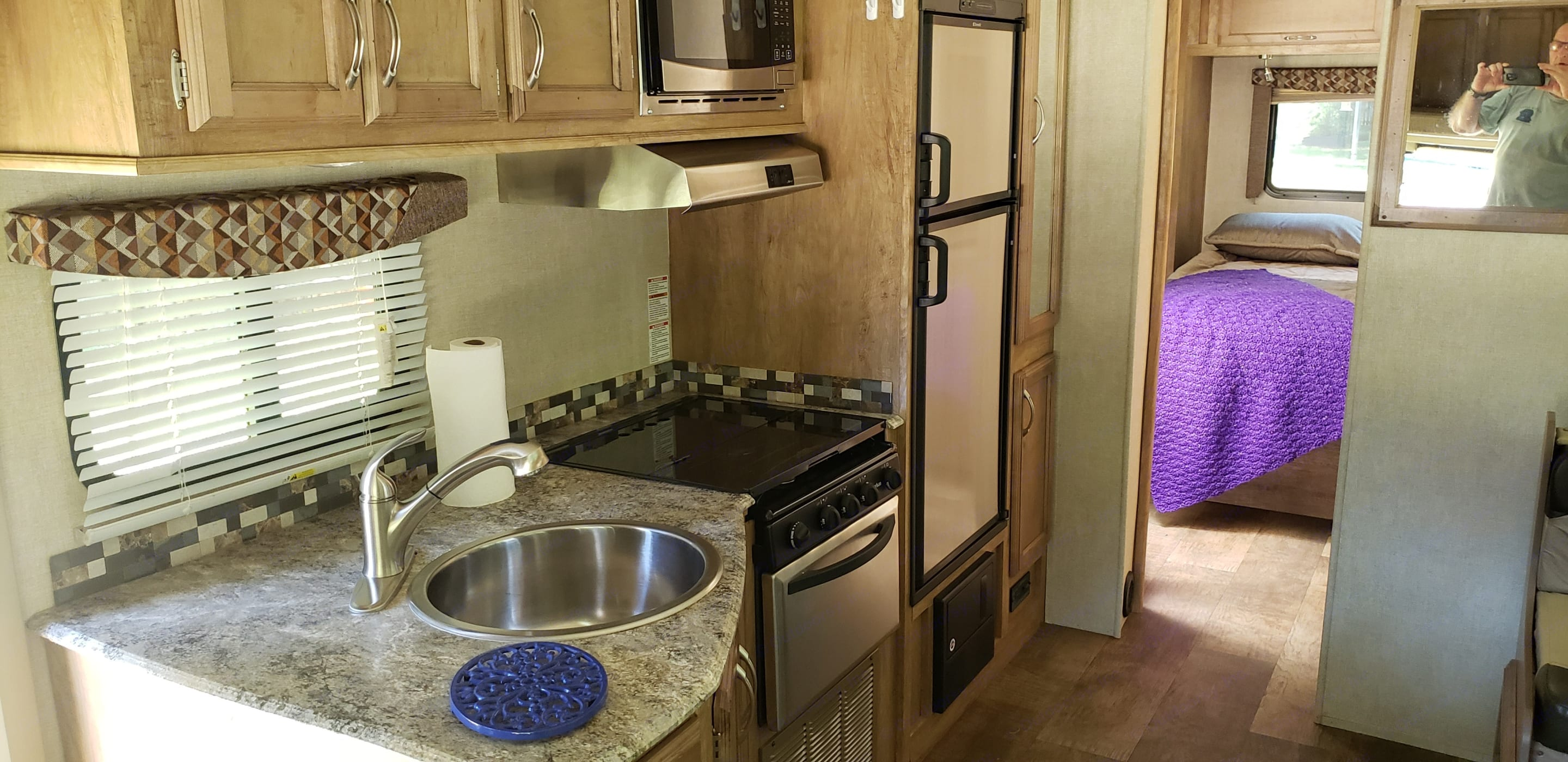 Microwave, refrigerator/freezer and pantry. Gulf Stream Conquest 6316 2017