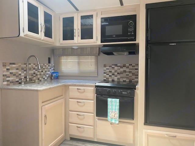 Glass door cabinets, glass backsplash, large sink w/ coffee pot and coffee provided.. Winnebago Minnie 2019