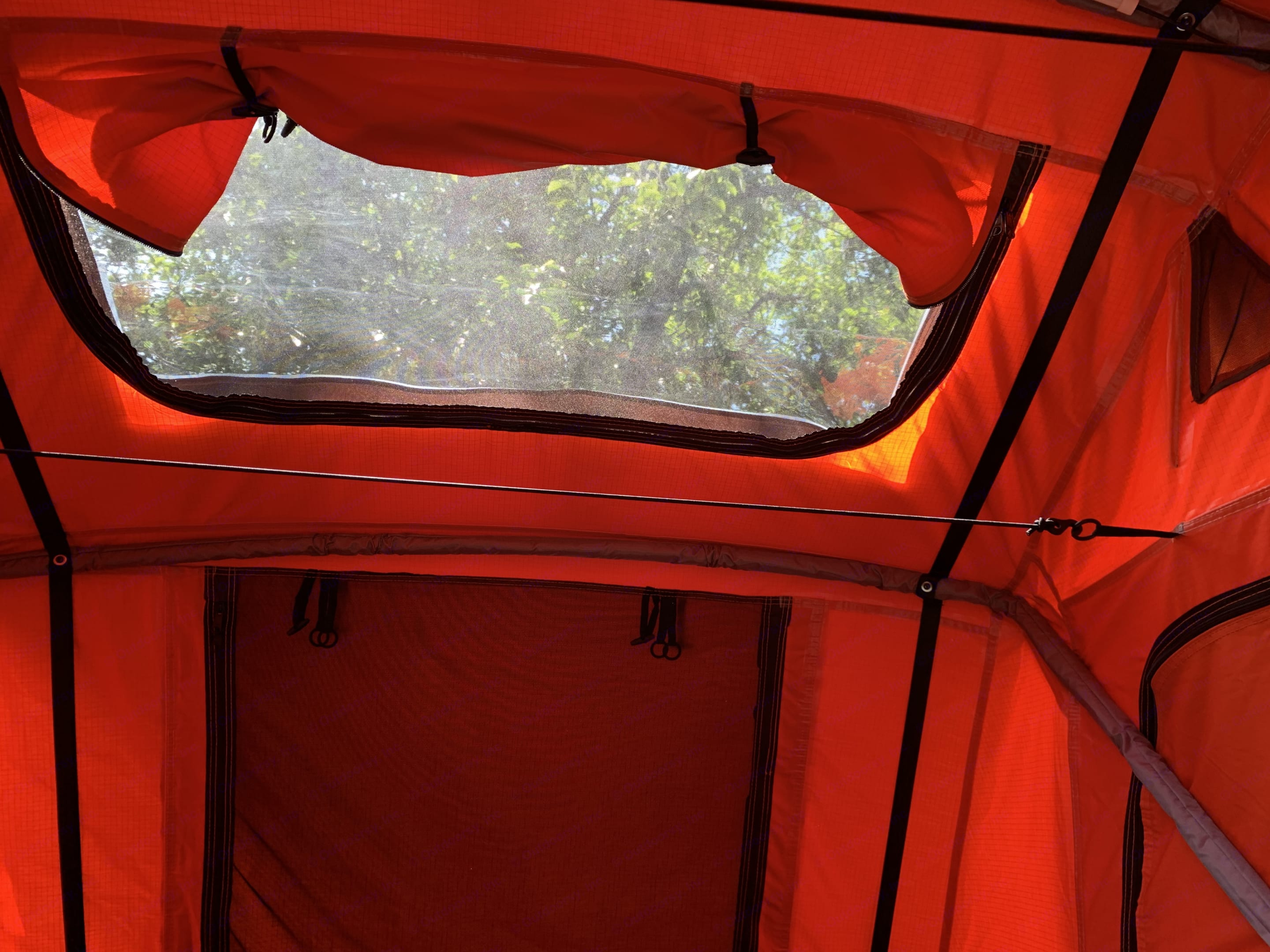 Two stargazer windows makes your night time more fun! Clear section of rain fly allows visibility without worry about getting wet.. Yakima EasyRider 2020