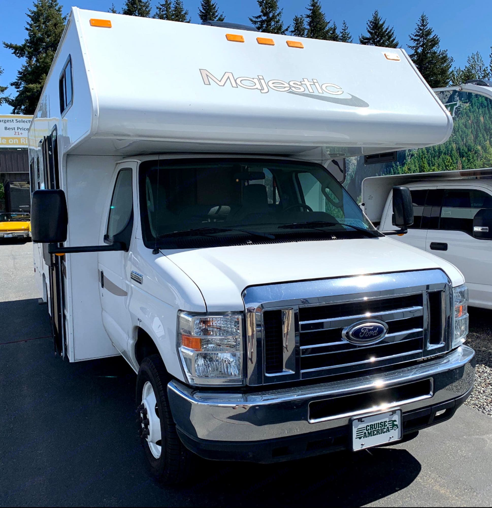 Front. Thor Motor Coach Majestic 2015