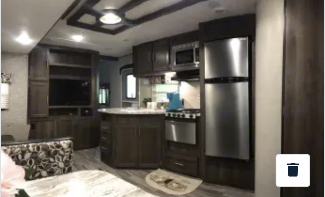 Beautiful fully stocked kitchen with all the appliances. Shasta Revere 2019