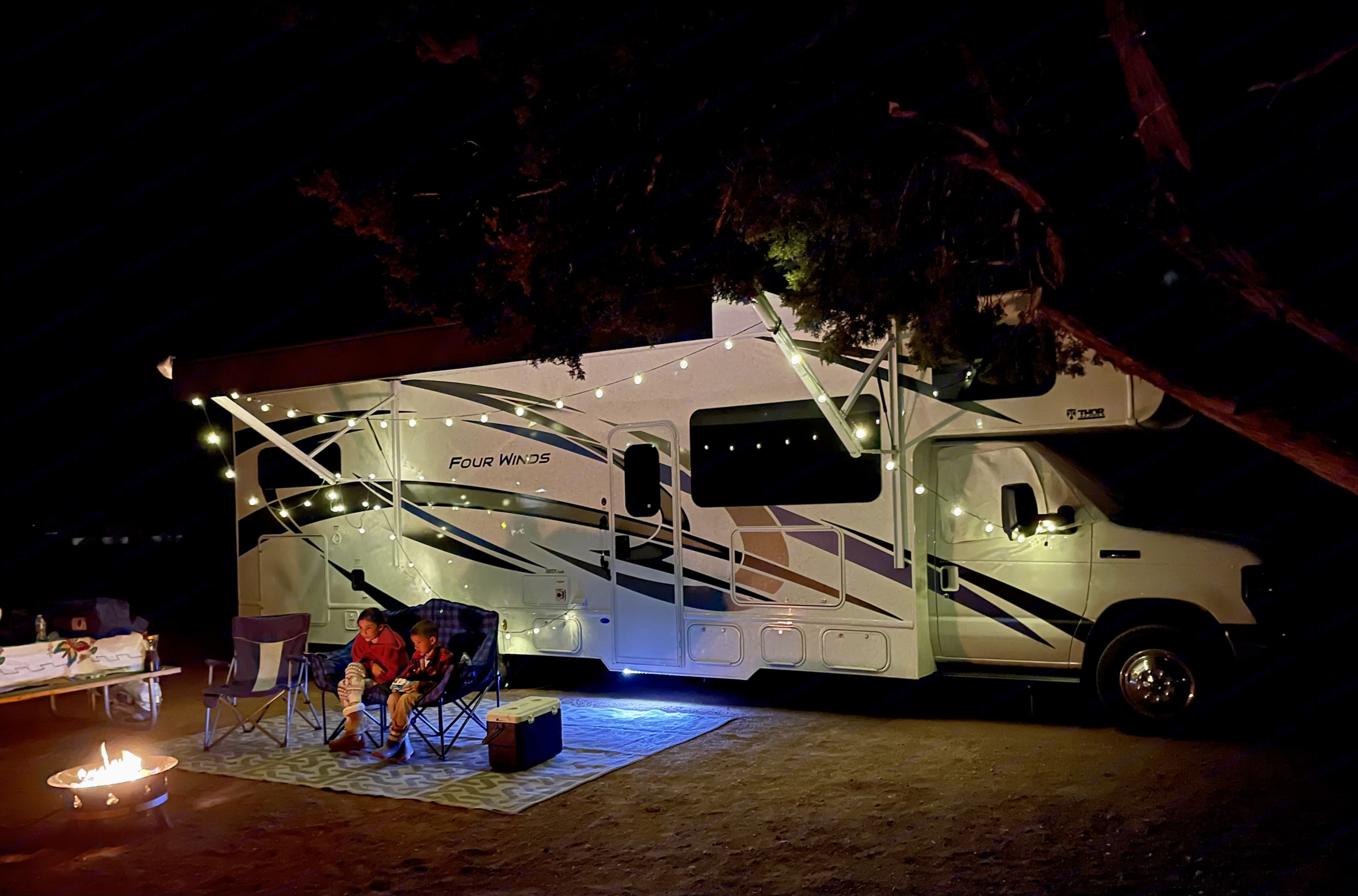 """Compliments: Everywhere we go, people turn their heads.  """"Thats the way to do it!"""". Thor Motor Coach Four Winds 2022"""