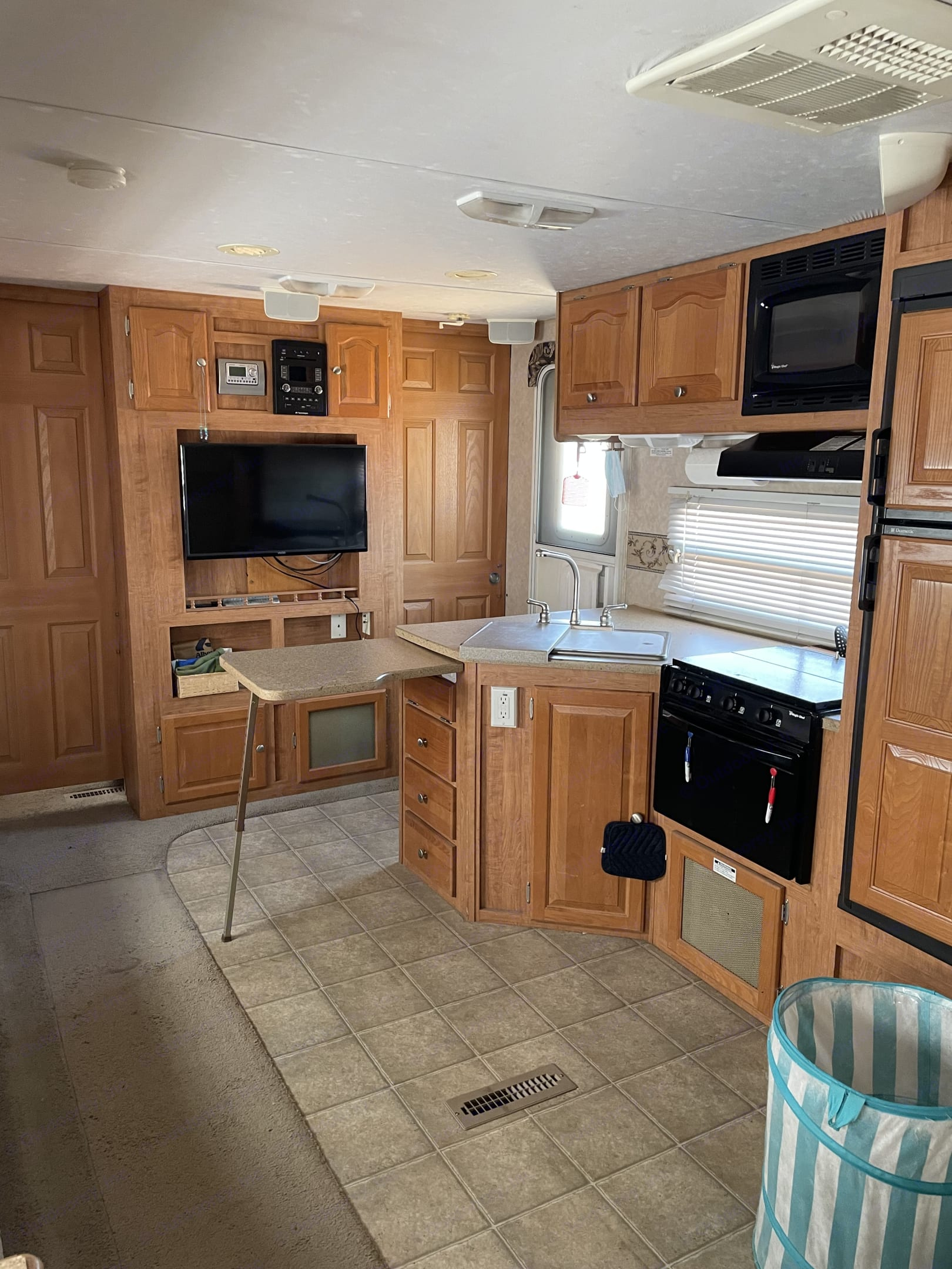 An attachable counter top comes in handy! Gives you the prep space you need for any meal!. Forest River Rockwood Lite 2007