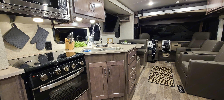 Daul Sink, Retractable Faucet, 3 Burner Stove, Oven, Microwave. Winnebago Vista 2022