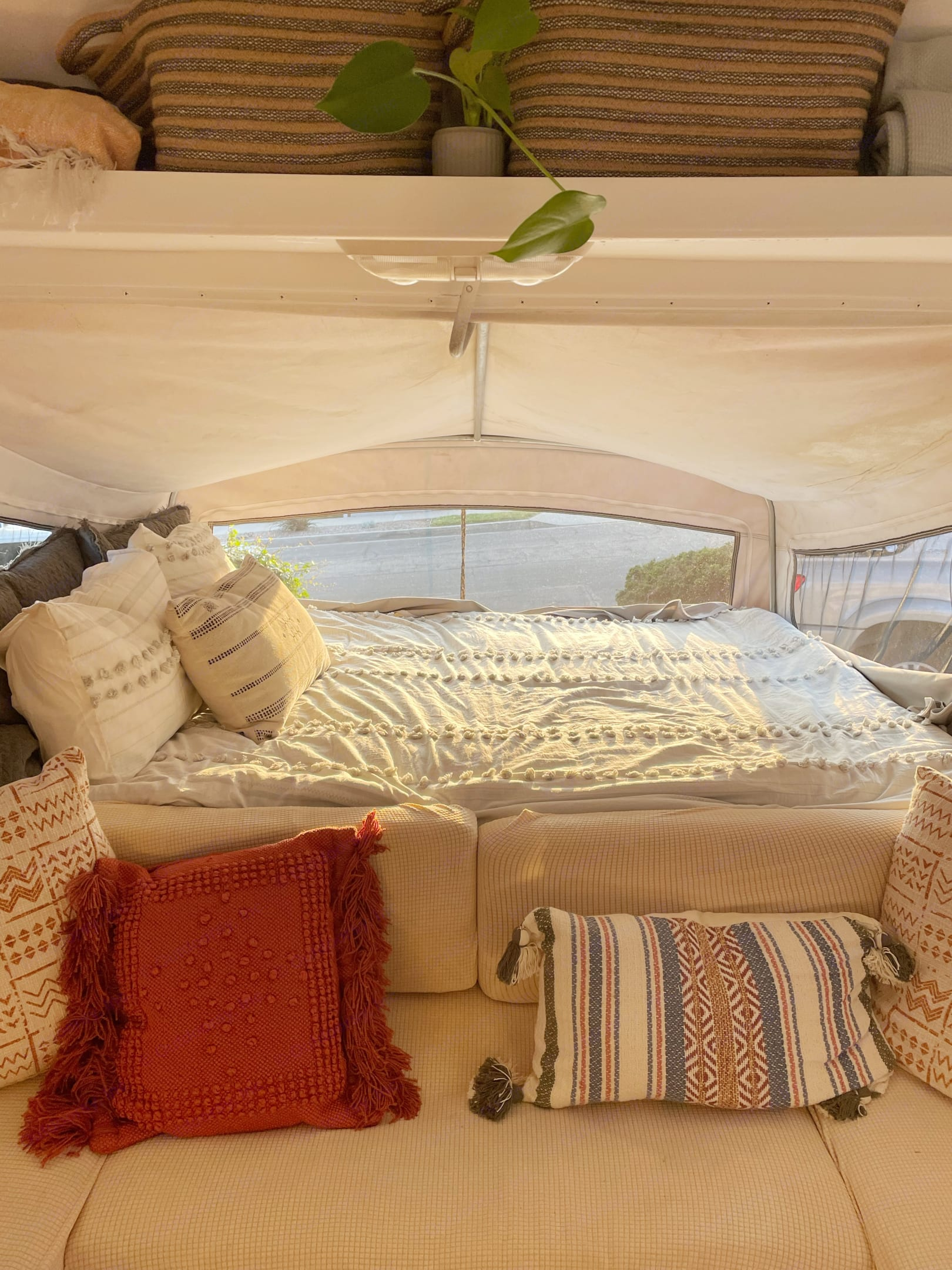 Cozy linens and surrounded by windows. The perfect place for your morning coffee.. Fleetwood Prowler Lynx 2001