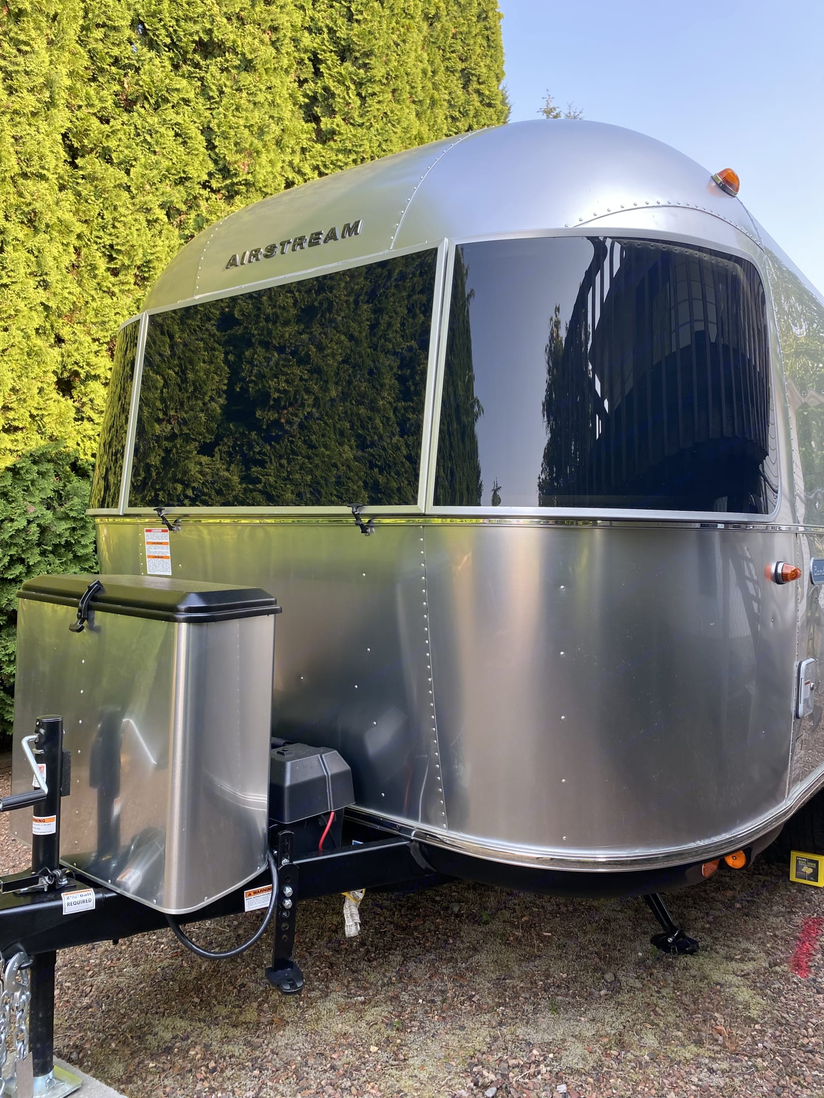 Wraparound front windows to maximize outdoor views from inside. Airstream Sport 2021