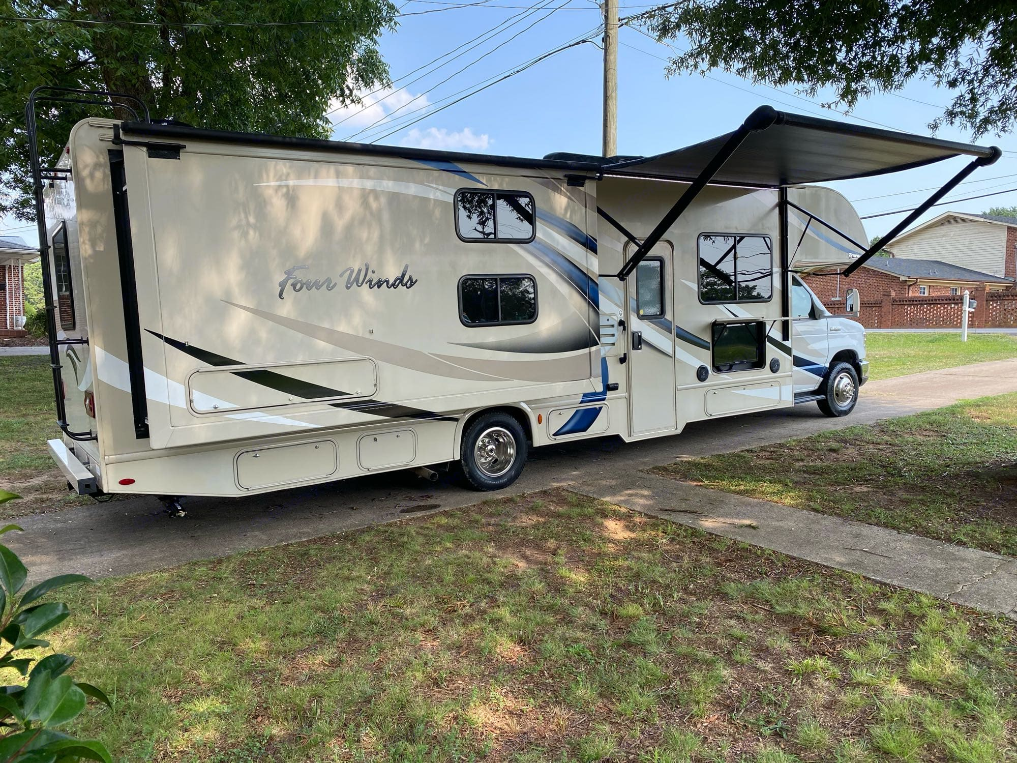 Electric awning. Outside TV. Surround sound outdoor/indoor speakers with bluetooth. . Thor Motor Coach Four Winds 2018