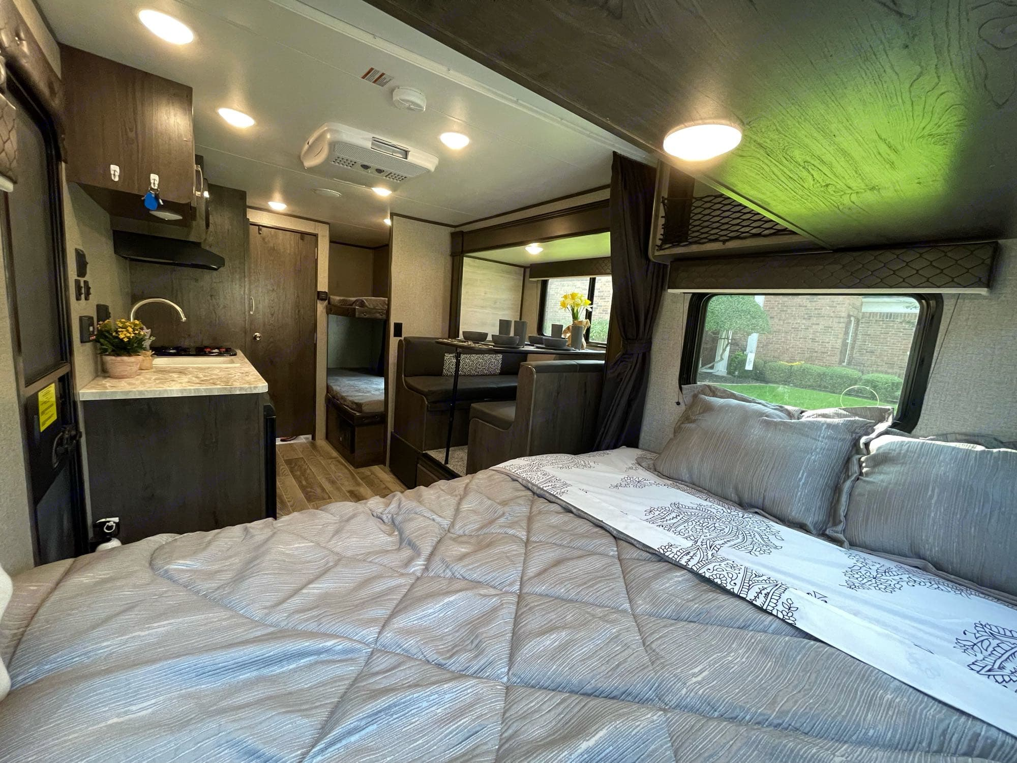 This RV has a spacious interior with nice cabinets and LED lighting throughout. Listen to music in bed with the built-in bluetooth music system.. Jayco Jay Flight 2021