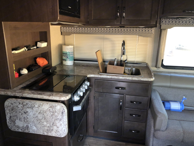 Microwave, Oven with three burners, Sink.. Keystone Freedom Lite 2019