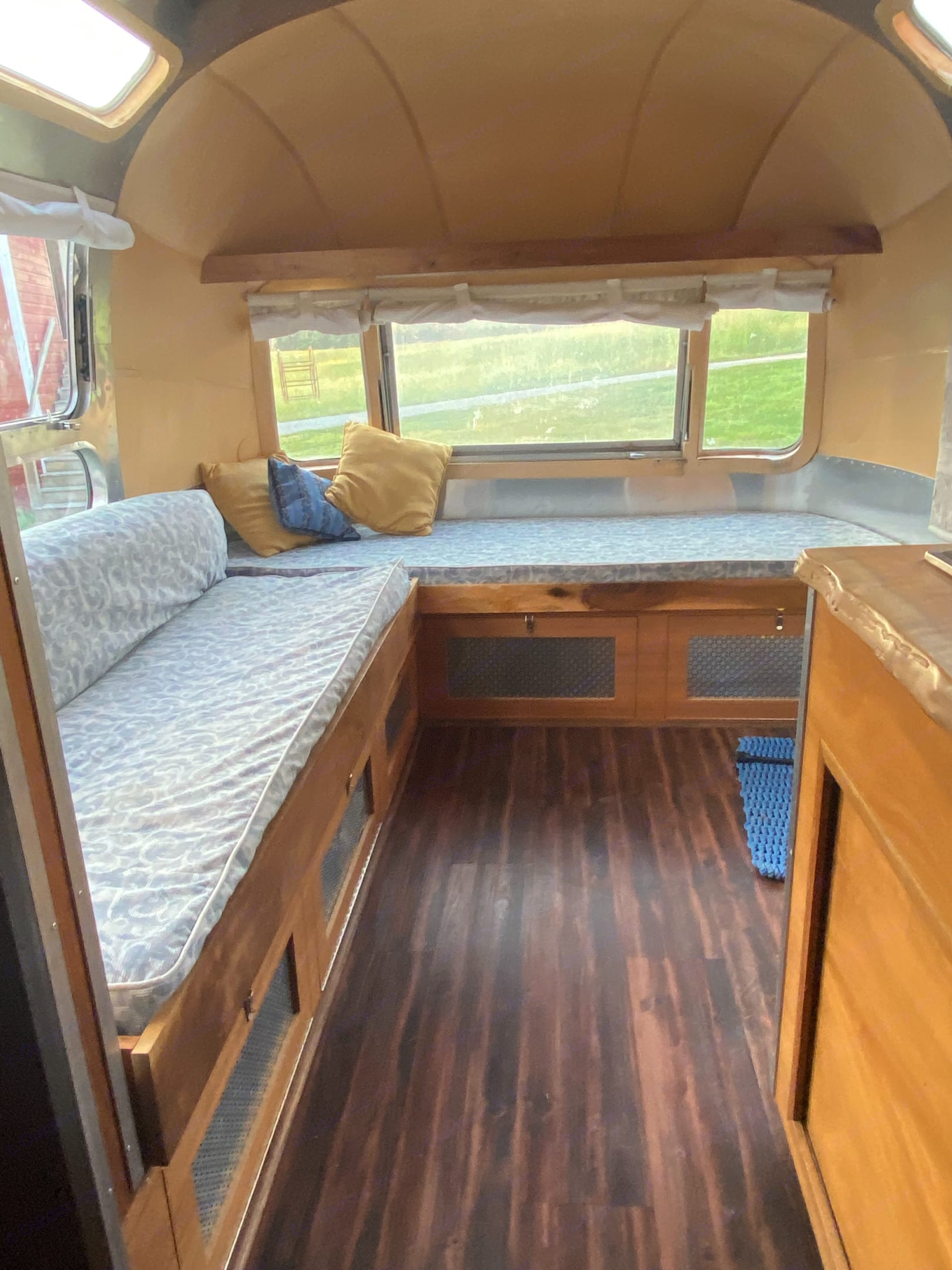 Couch folds into dbl bed. Airstream Ambassador 1972