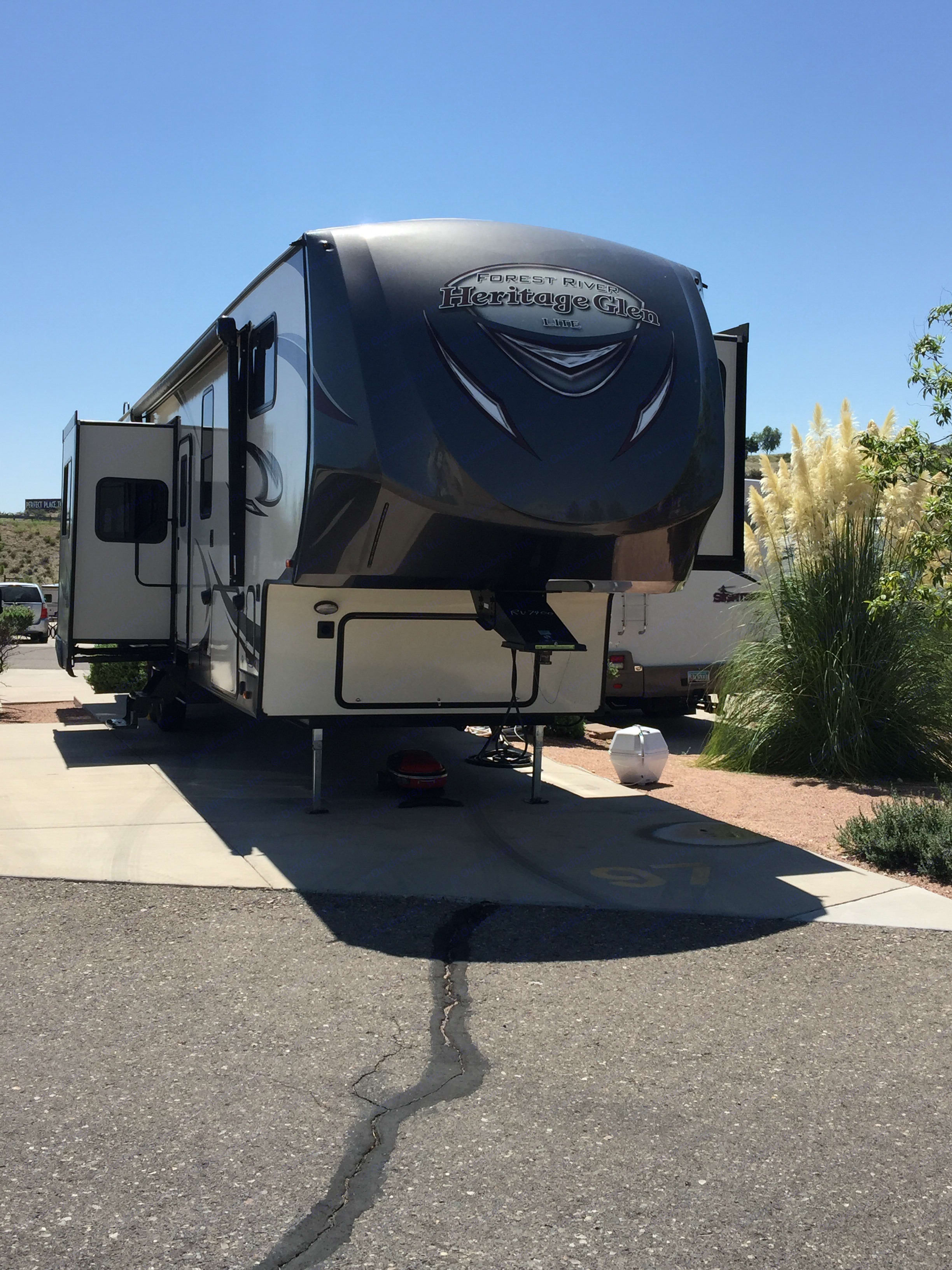 43' 2018 fifth wheel.  Luxurious . Forest River Heritage Glen 2018