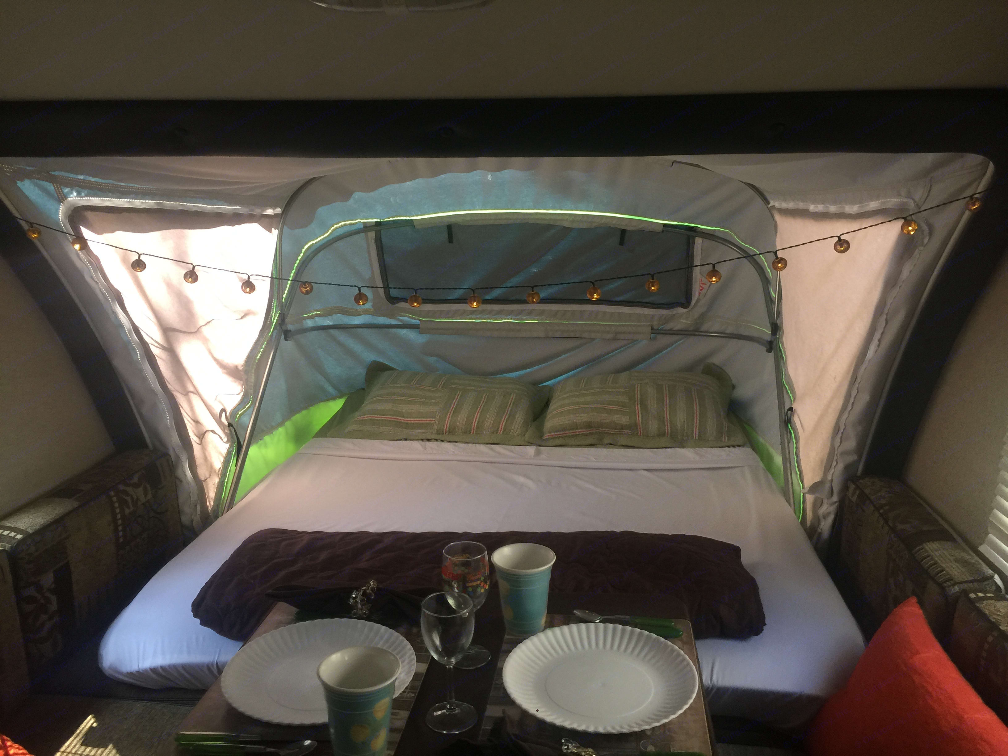 Queen tent bed and dinette. Forest River R-Pod 176T 2013