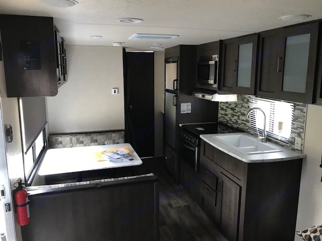kitchen/dining. Forest River Wildwood 2018