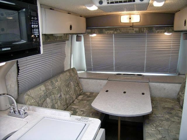 This Dinette folds down into a Full/Double- sized bed and is comfortable for 2. Seats 4 with seatbelts.. Winnebago Rialta QD 2002