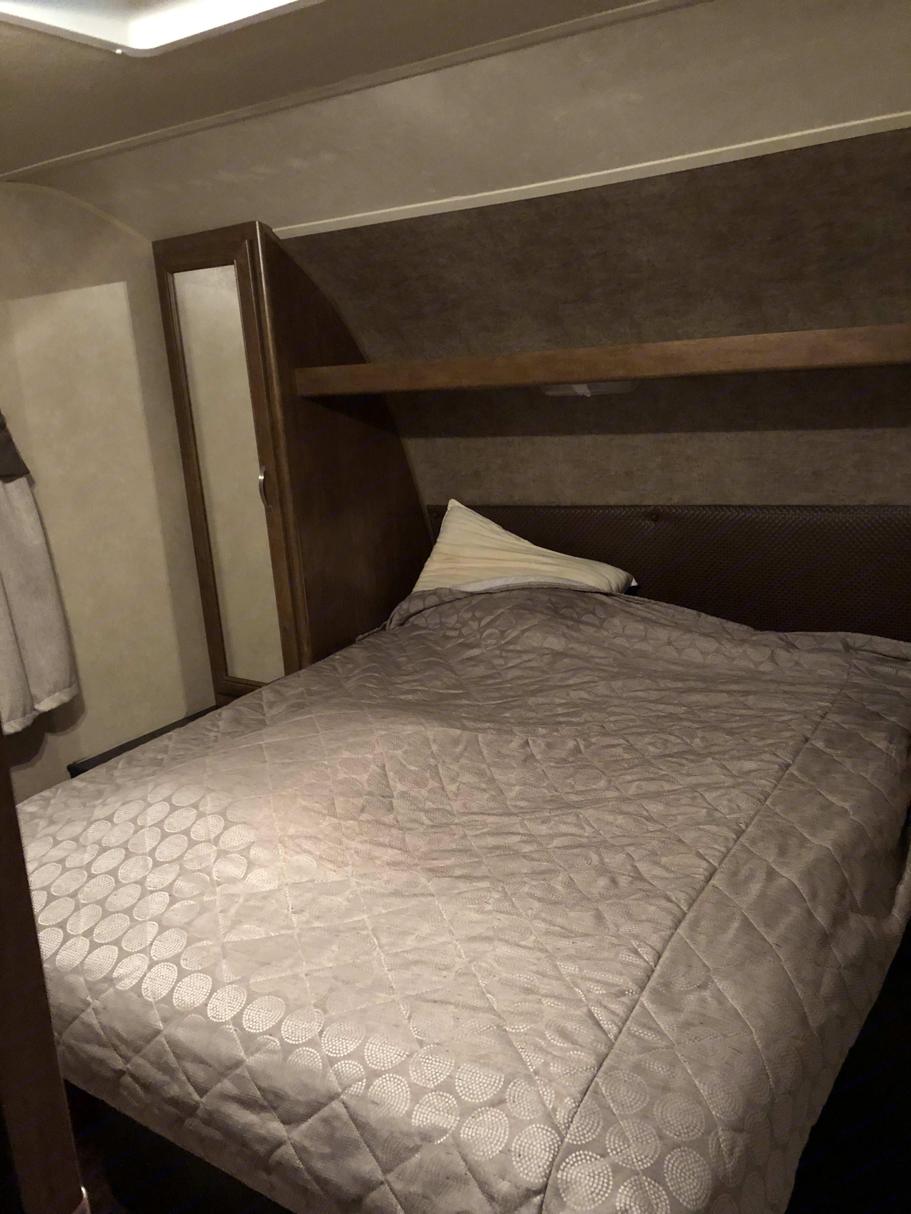 Queen size bed in bedroom. Wildwood 32qbss T31KQBTS 2015