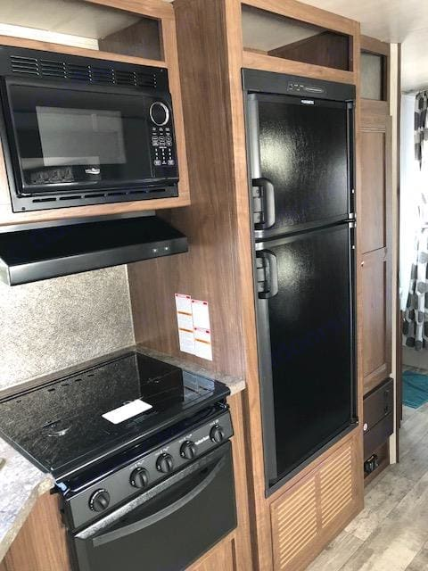Refrigerator, stove, oven, and microwave. Pioneer Bunkhouse 2018