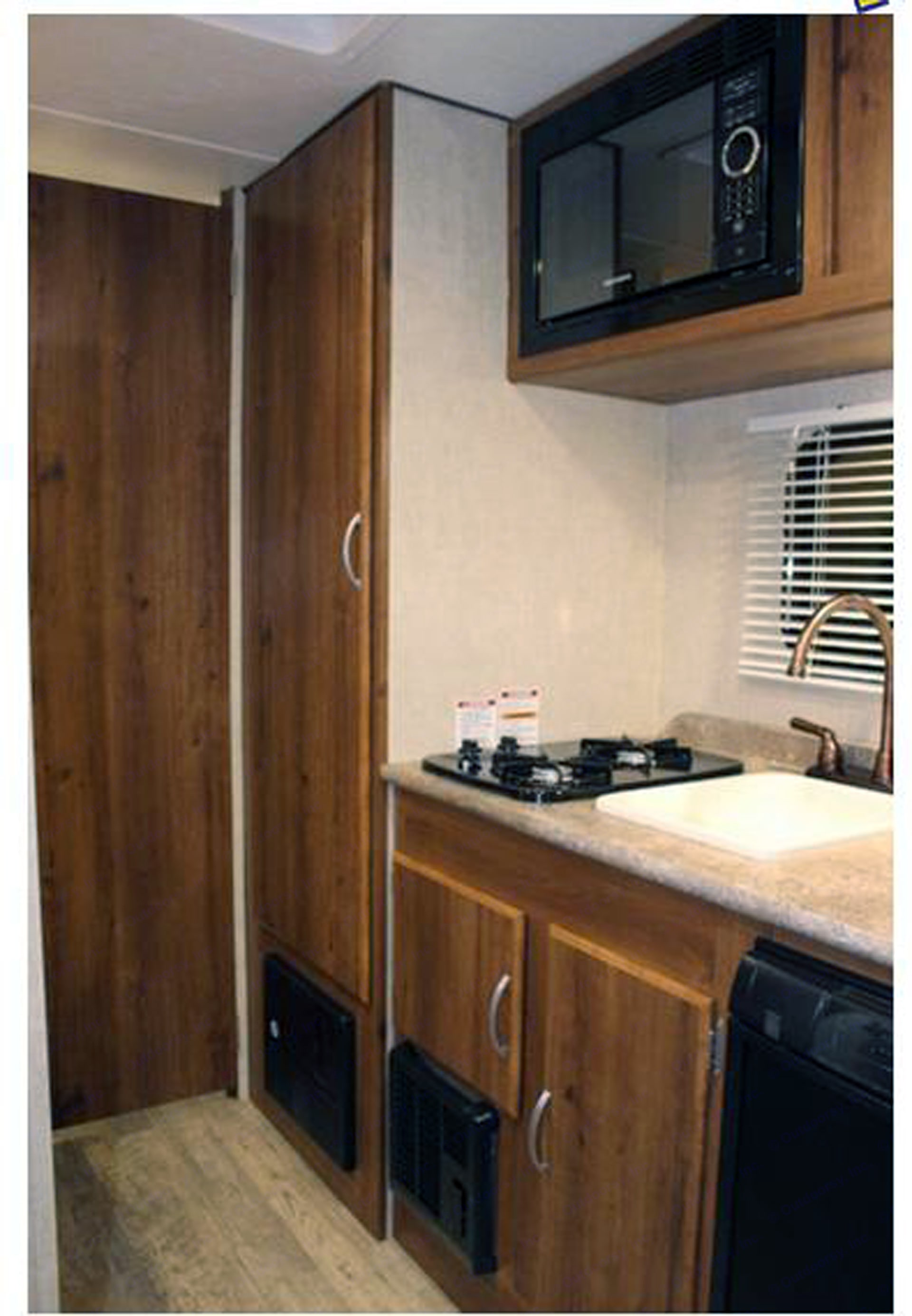 Kitchen area and wardrobe. Gulf Stream Conquest 2017