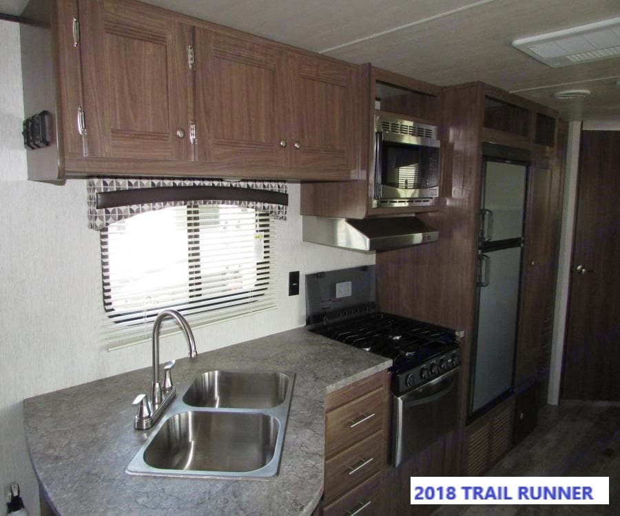 Full Kitchen to include: Refrigerator/Freezer, oven, stove and microwave.. Heartland Trail Runner 2018