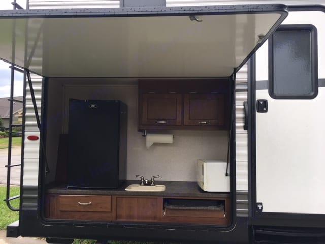 Outdoor kitchen. Jayco Jay Flight 2017