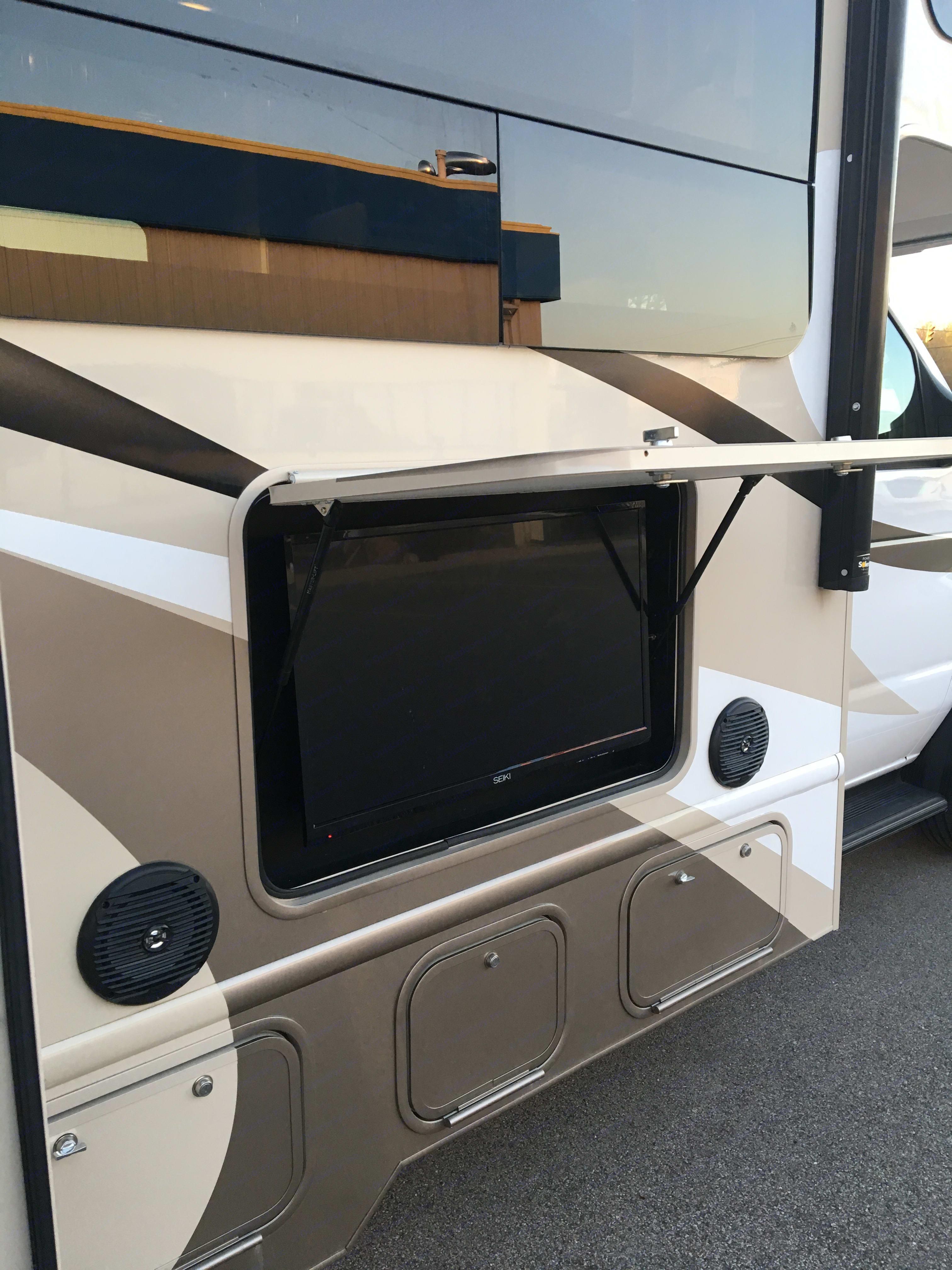 Outdoor TV. Thor Motor Coach Quantum 2018