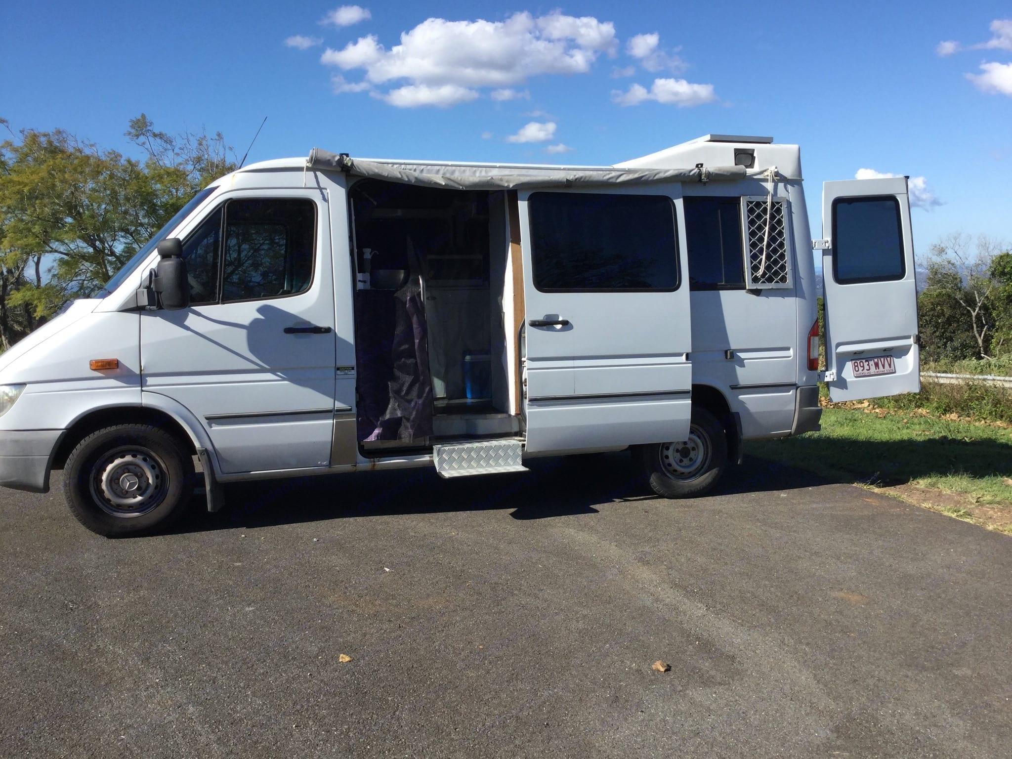 Comfortable van with plenty of storage and extras. Mercedes-Benz Sprinter 2004