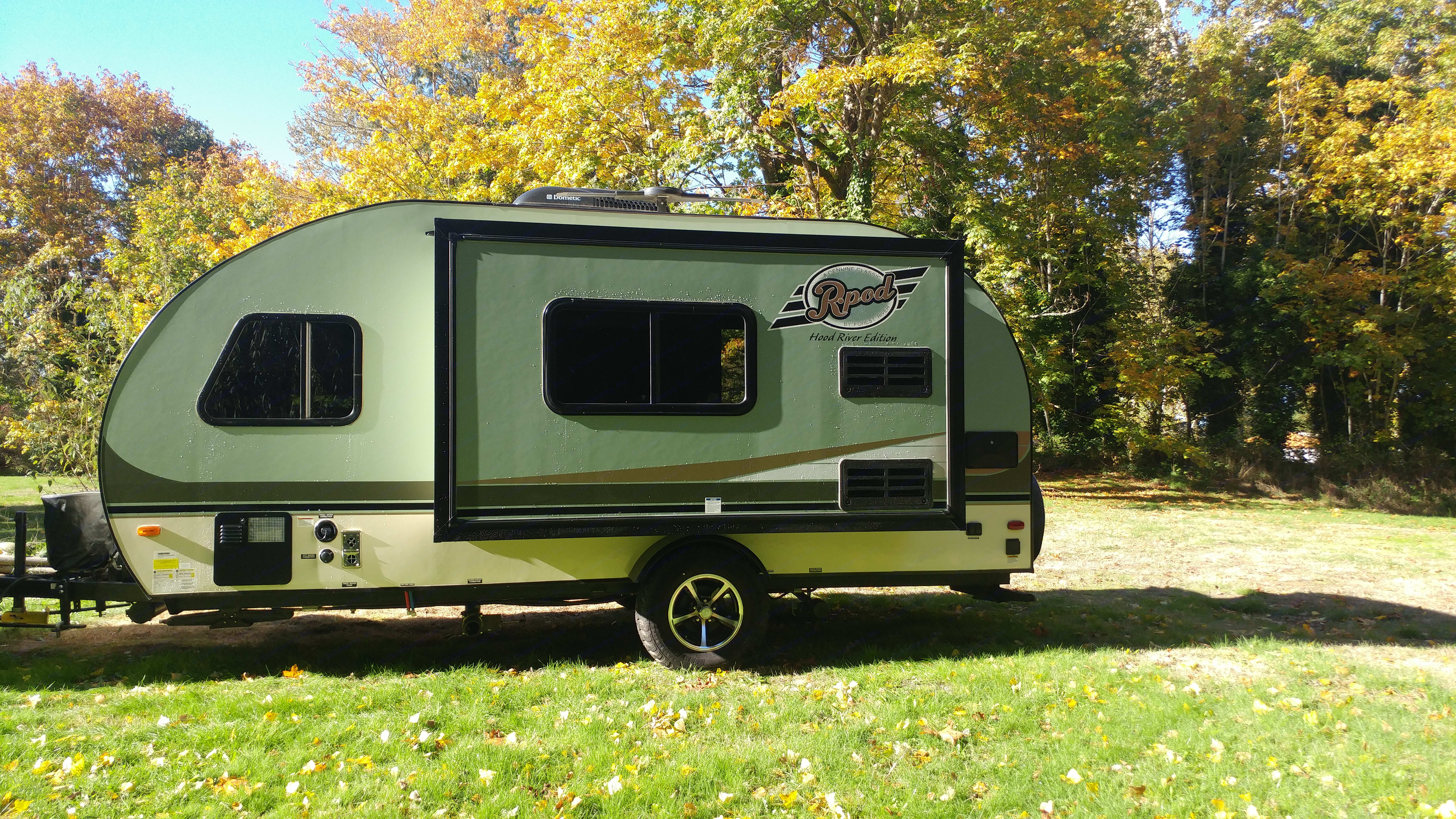 Beautiful 2016 R pod with tip out in the dinette. . Forest River R-Pod 2016