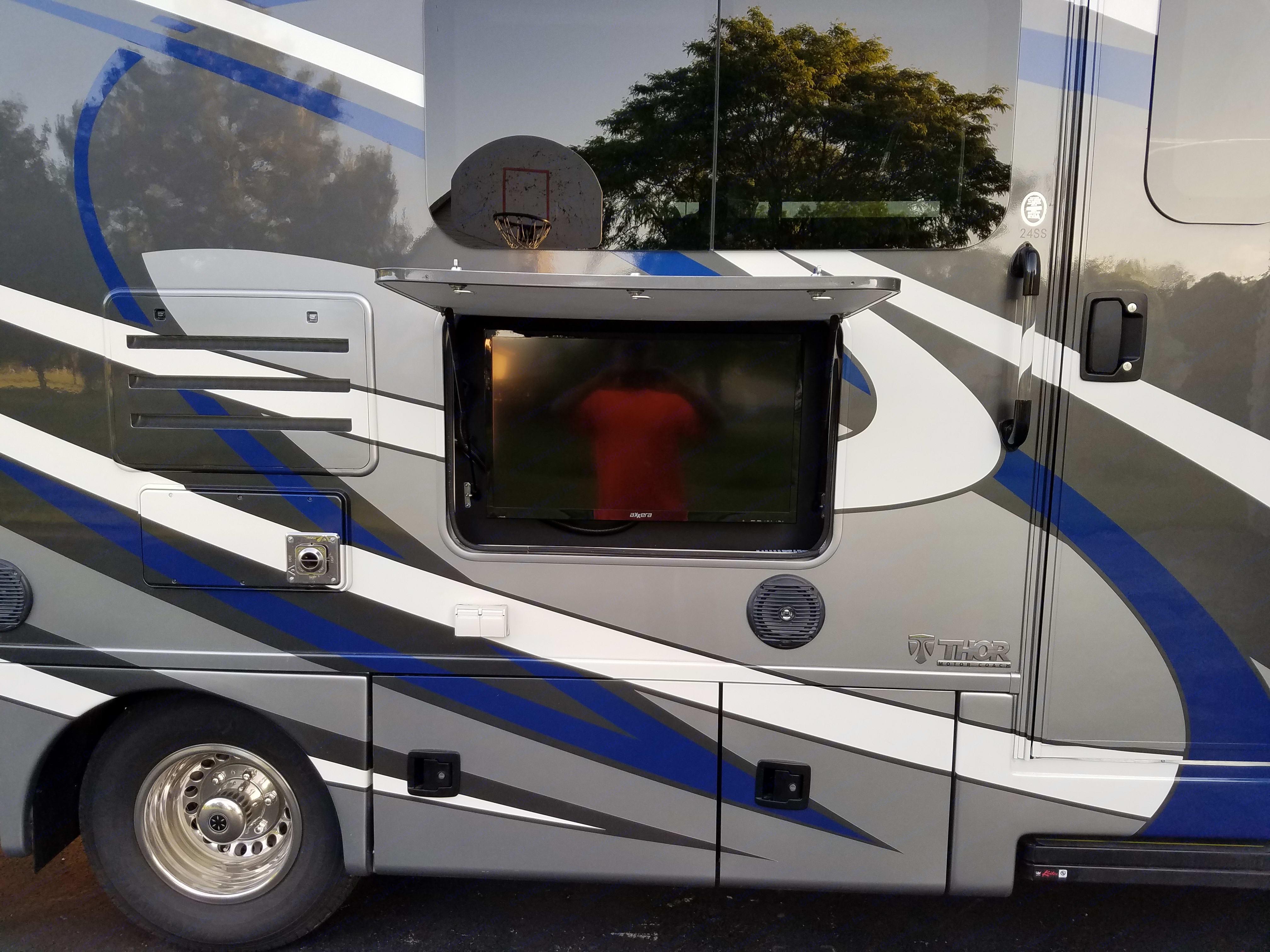 Outside tv. Thor Motor Coach Chateau Citation 2018