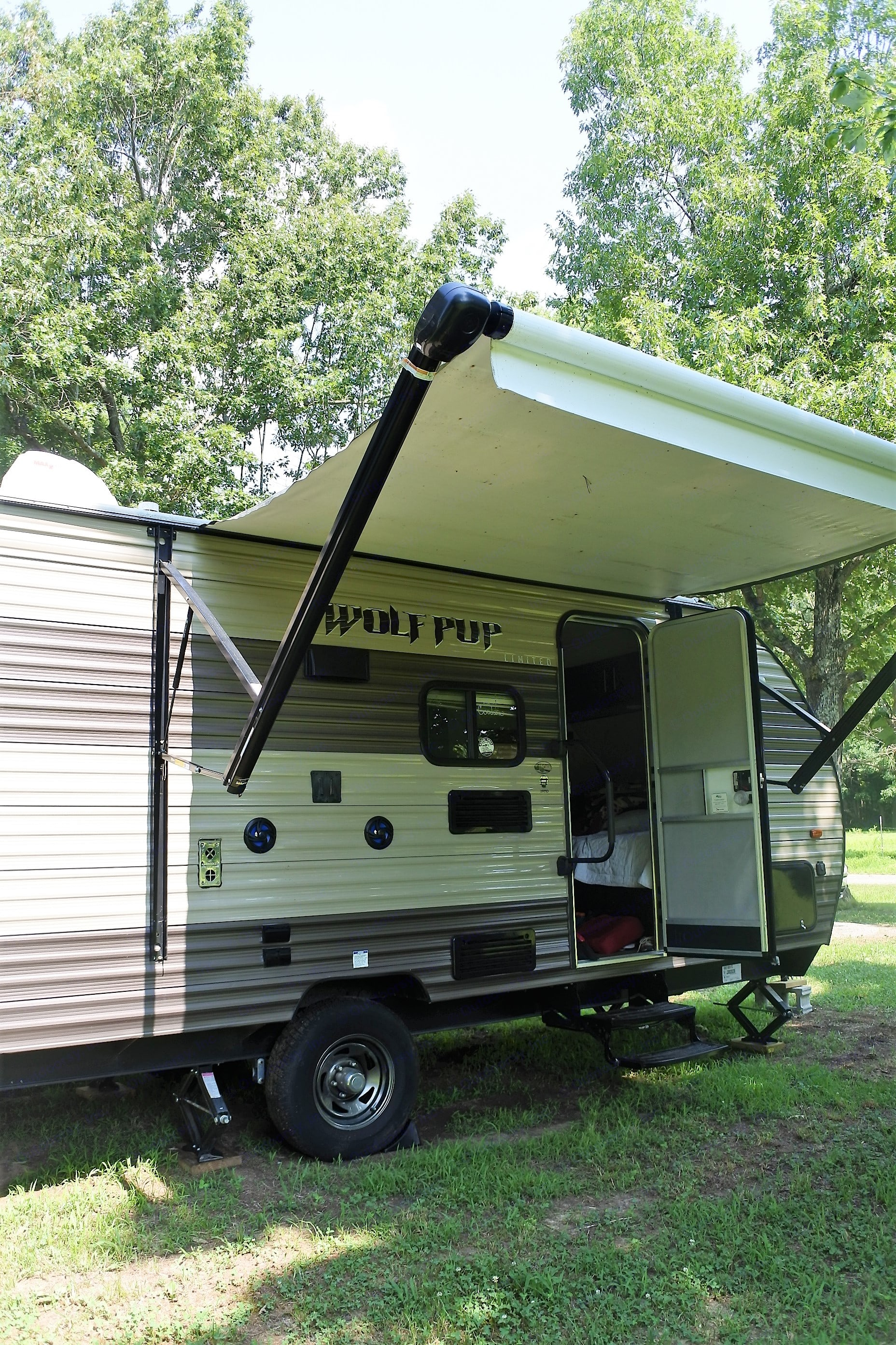 Retractable awning, external speakers, tv mount, and hookup.. Forest River Wolf Pup 2017