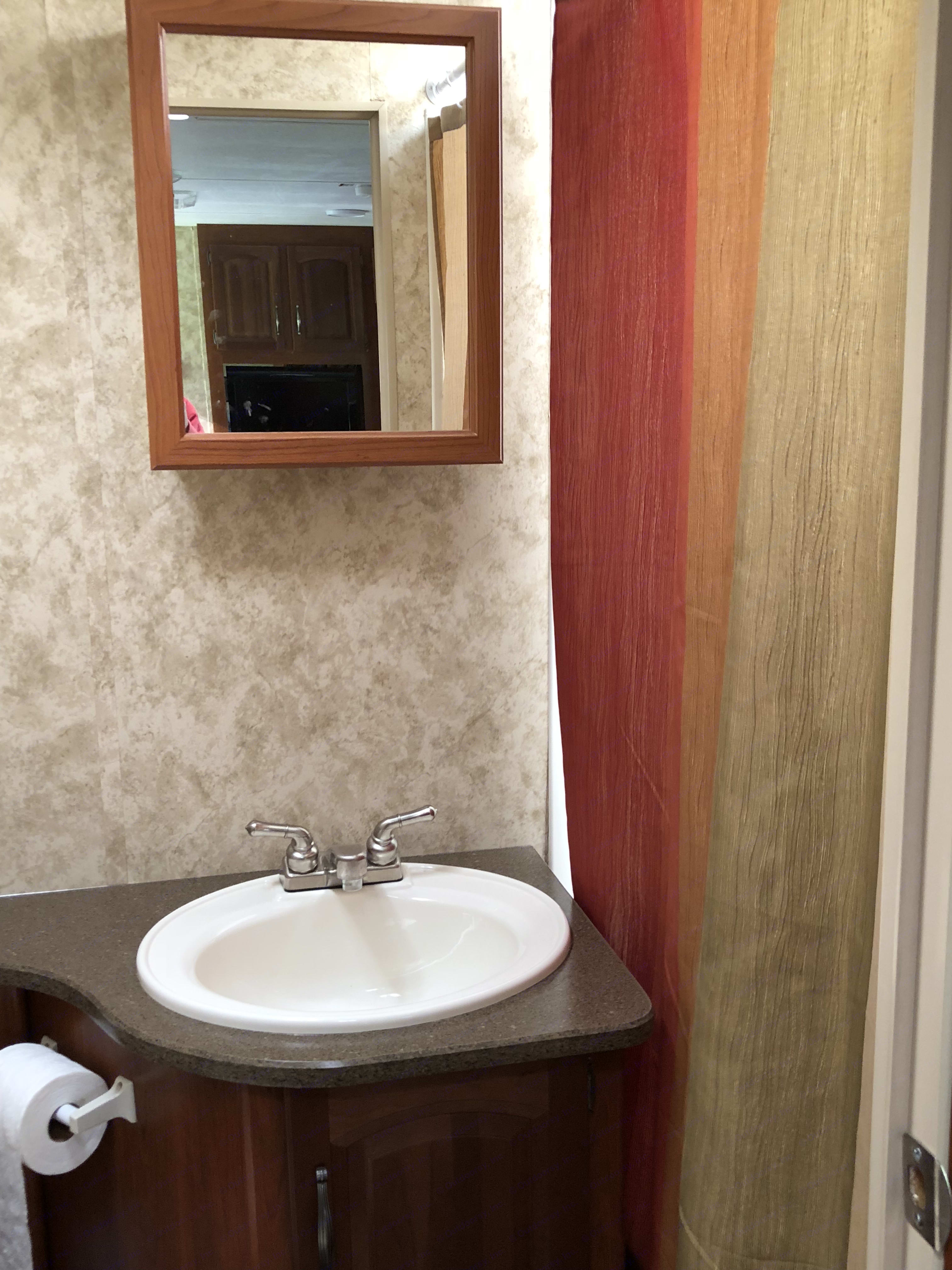 Bathroom . Keystone Cougar 2012