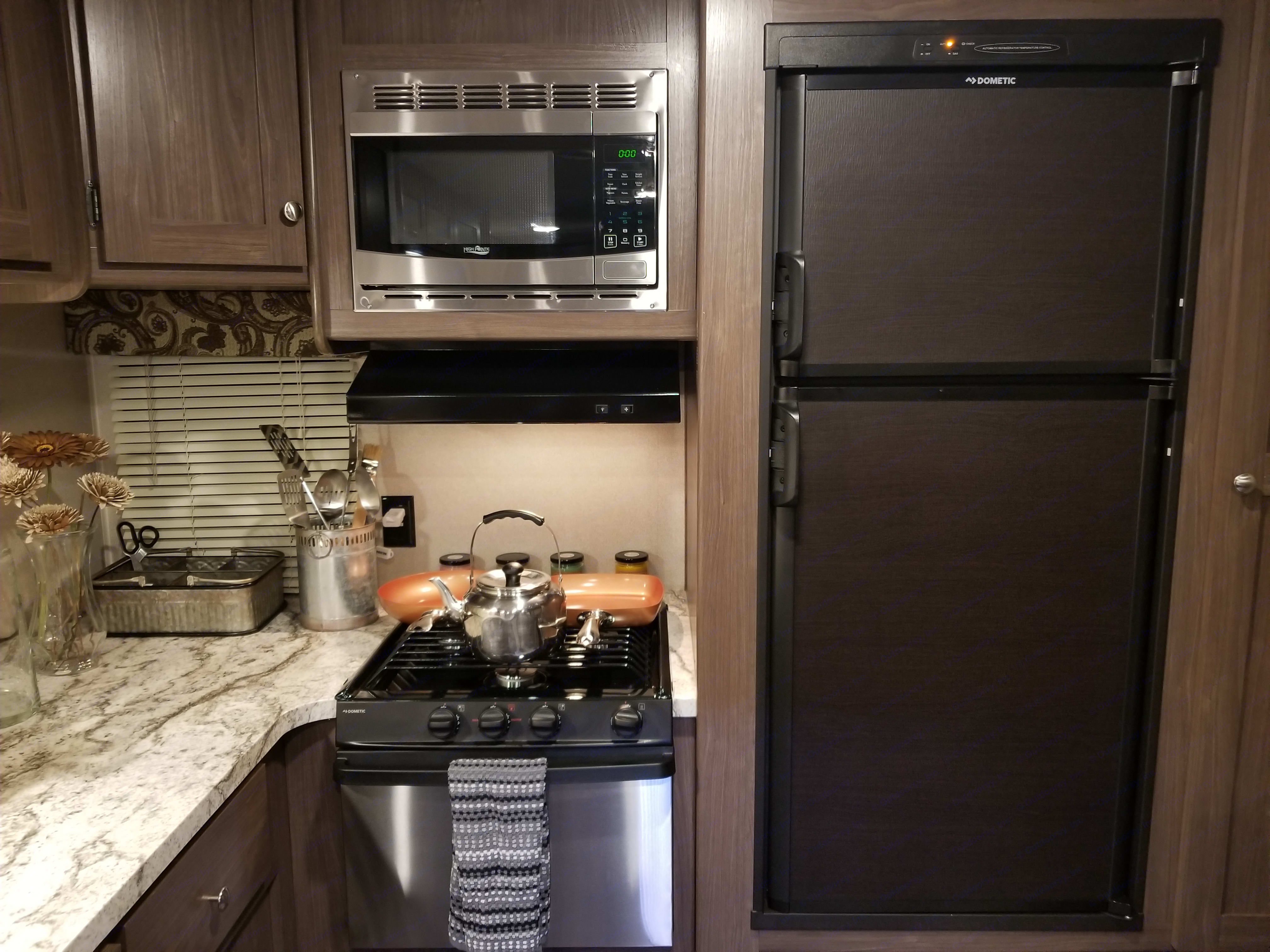 The refrigerator can be powered using either propane or electric. . Keystone Hideout 28RKS 2018