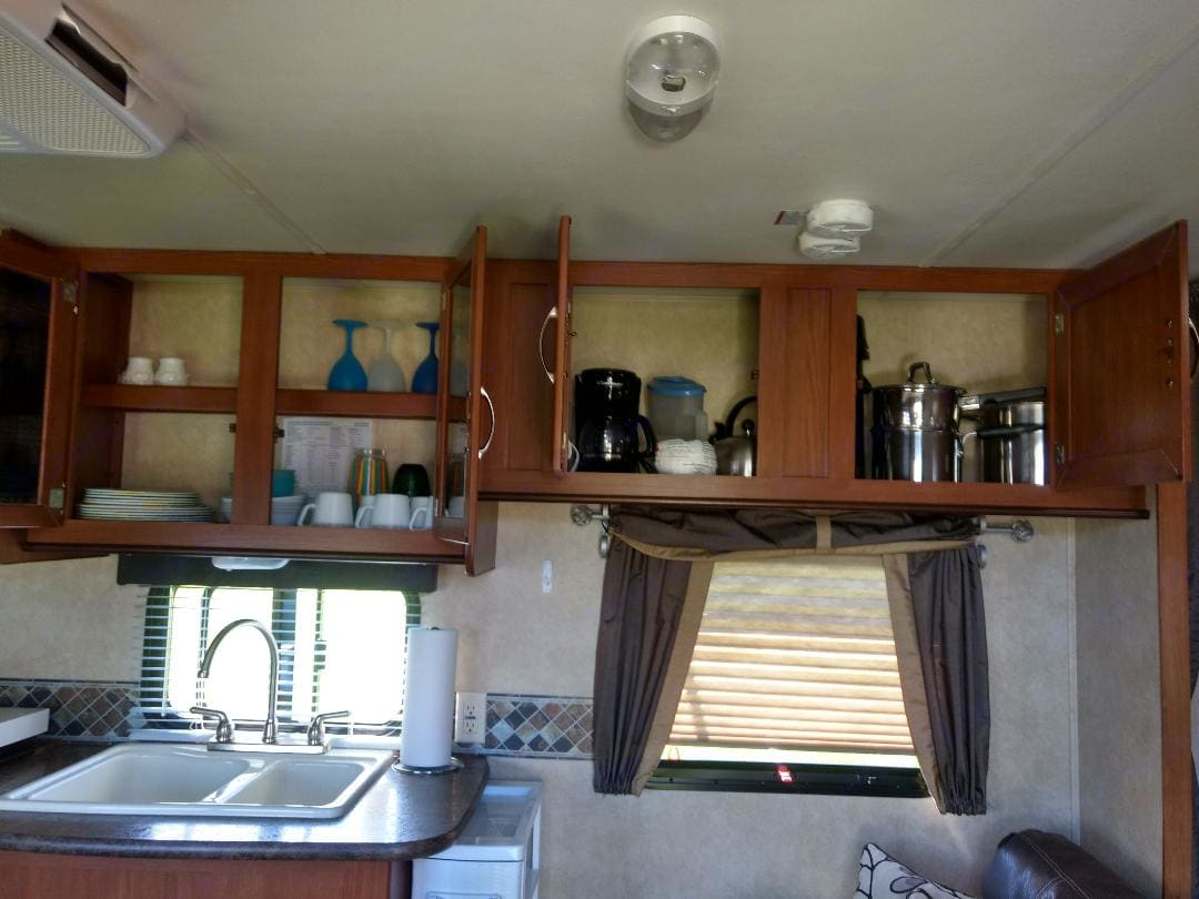 Fully stocked kitchen (equipment). Forest River Cruise Lite 2016
