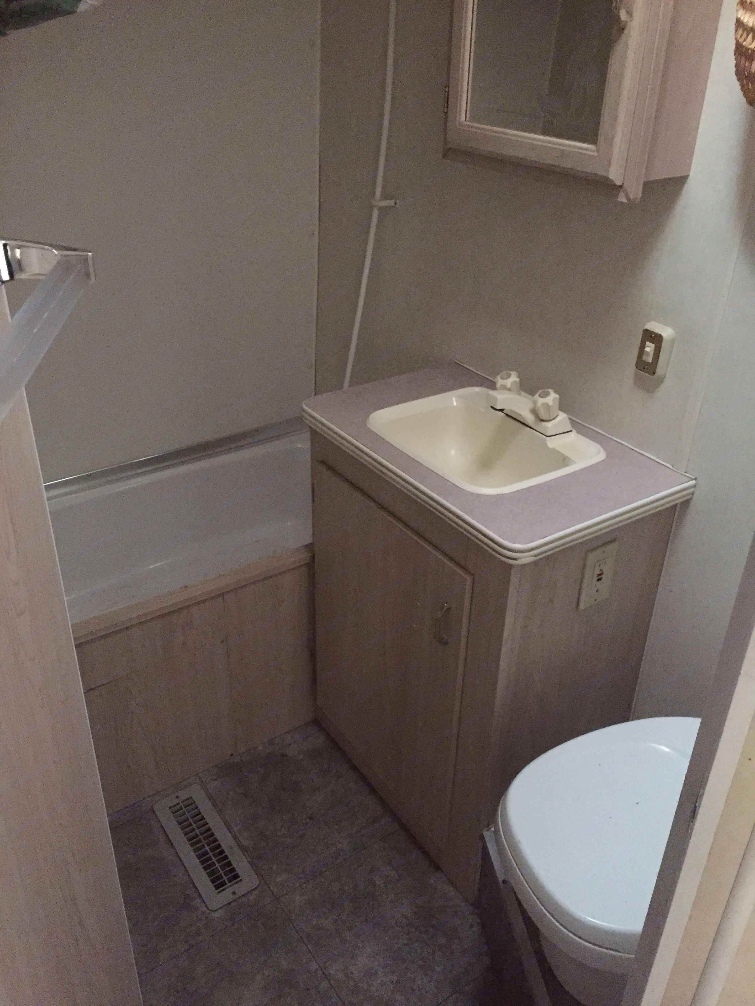 Large bathroom with tub. Fleetwood Mallard 1995