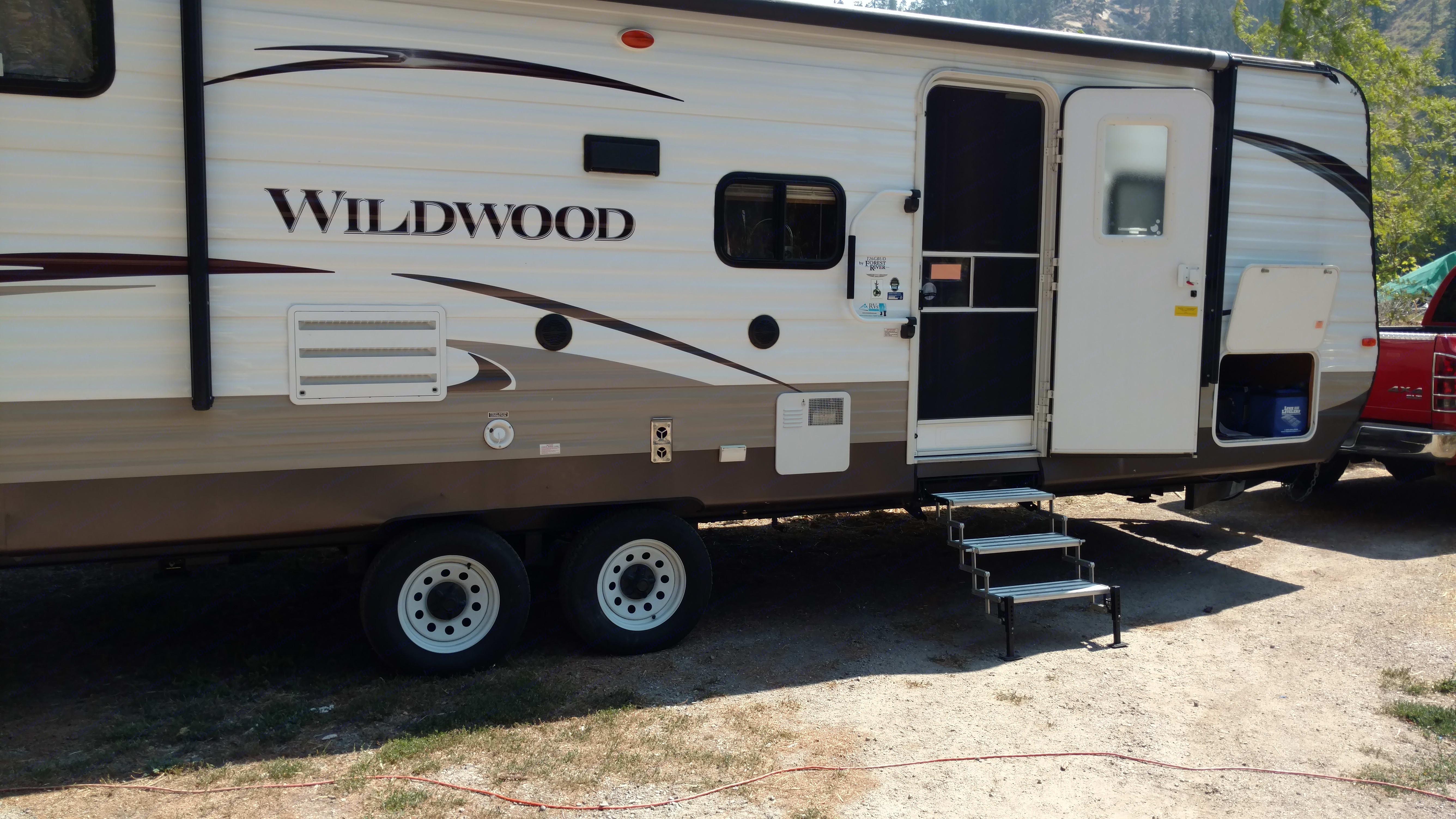 26' travel trailer. Sleeps 8.. Forest River Wildwood 2014