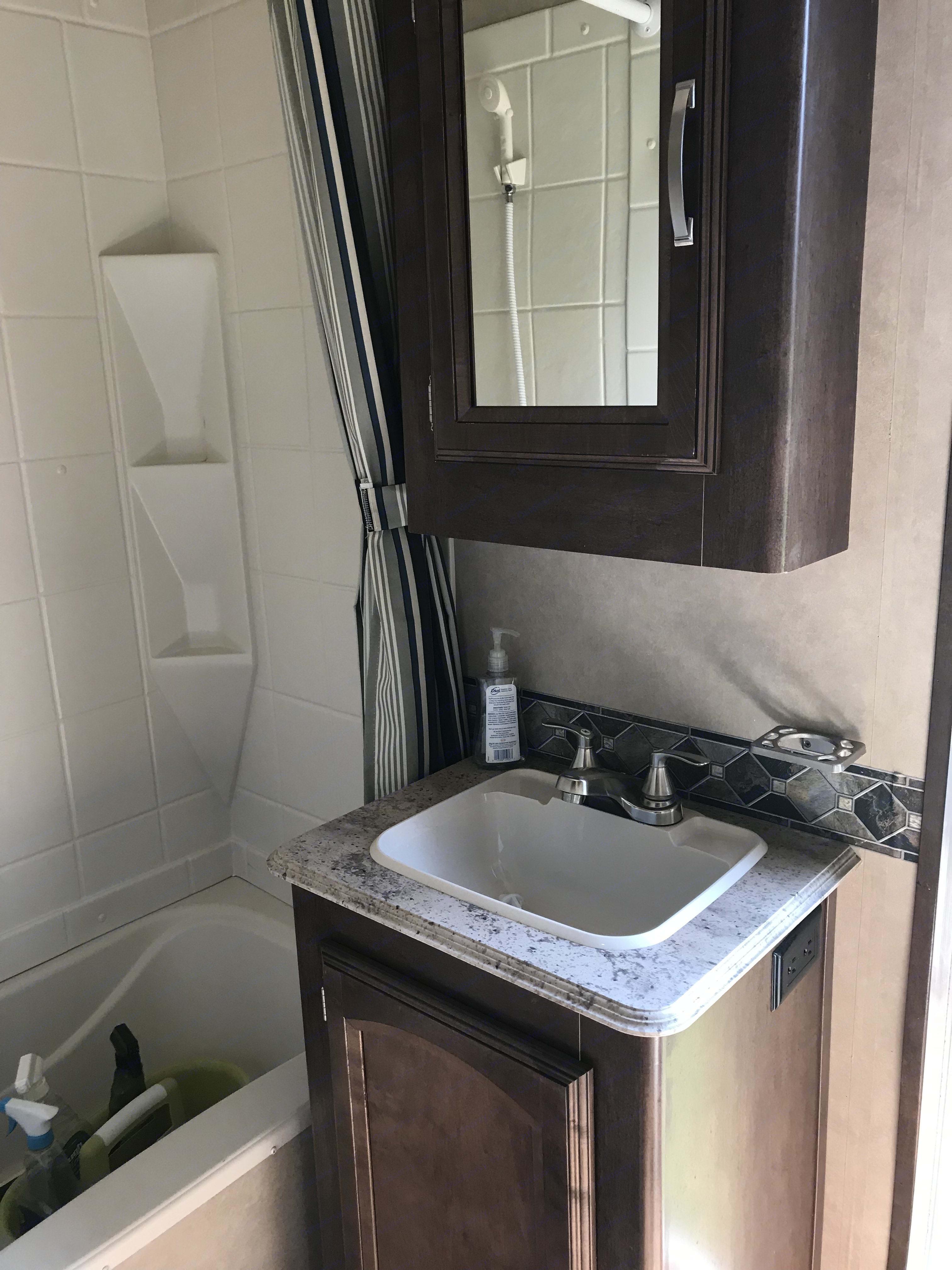 Second bathroom . Forest River Heritage Glen Lite 2016