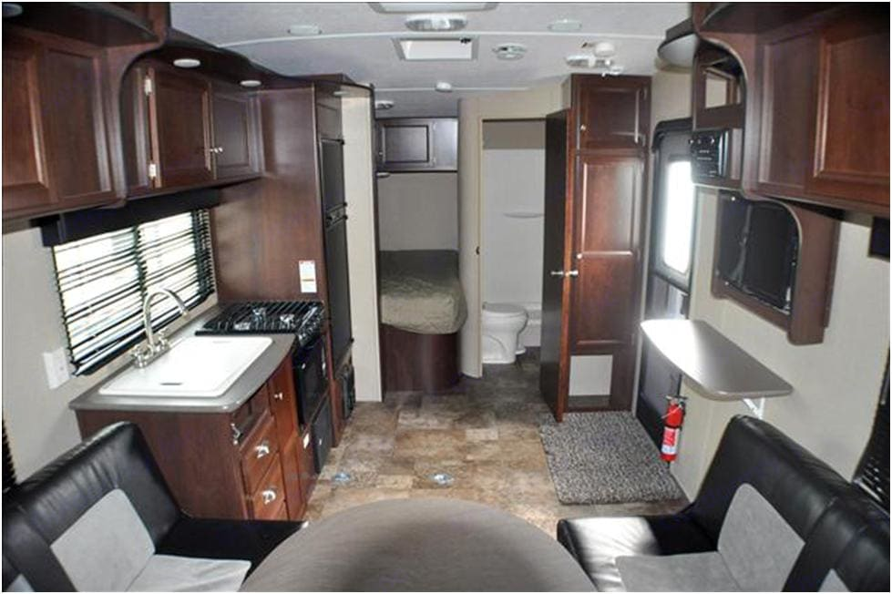 Open floorplan, yet small enough to bring almost anywhere. Back bed sleeps 2. Shower, toilet and sink in private bathroom. . Dutchmen Rubicon 2015
