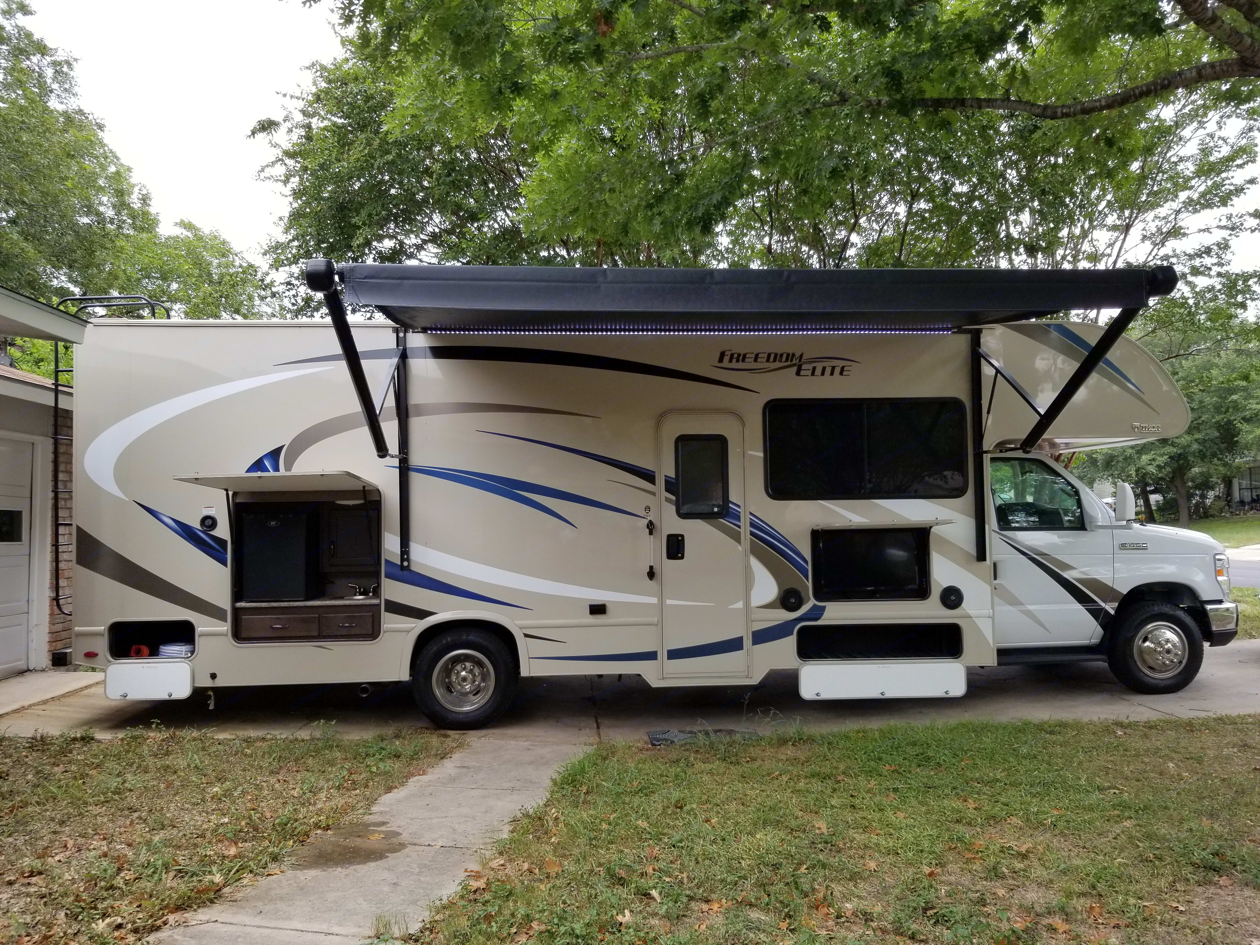 Features an adjustable awning, outside entertainment and an outside kitchen complete with a mini fridge and propane quick connection for outdoor cooking. . Thor Motor Coach Freedom Elite 29FE 2018
